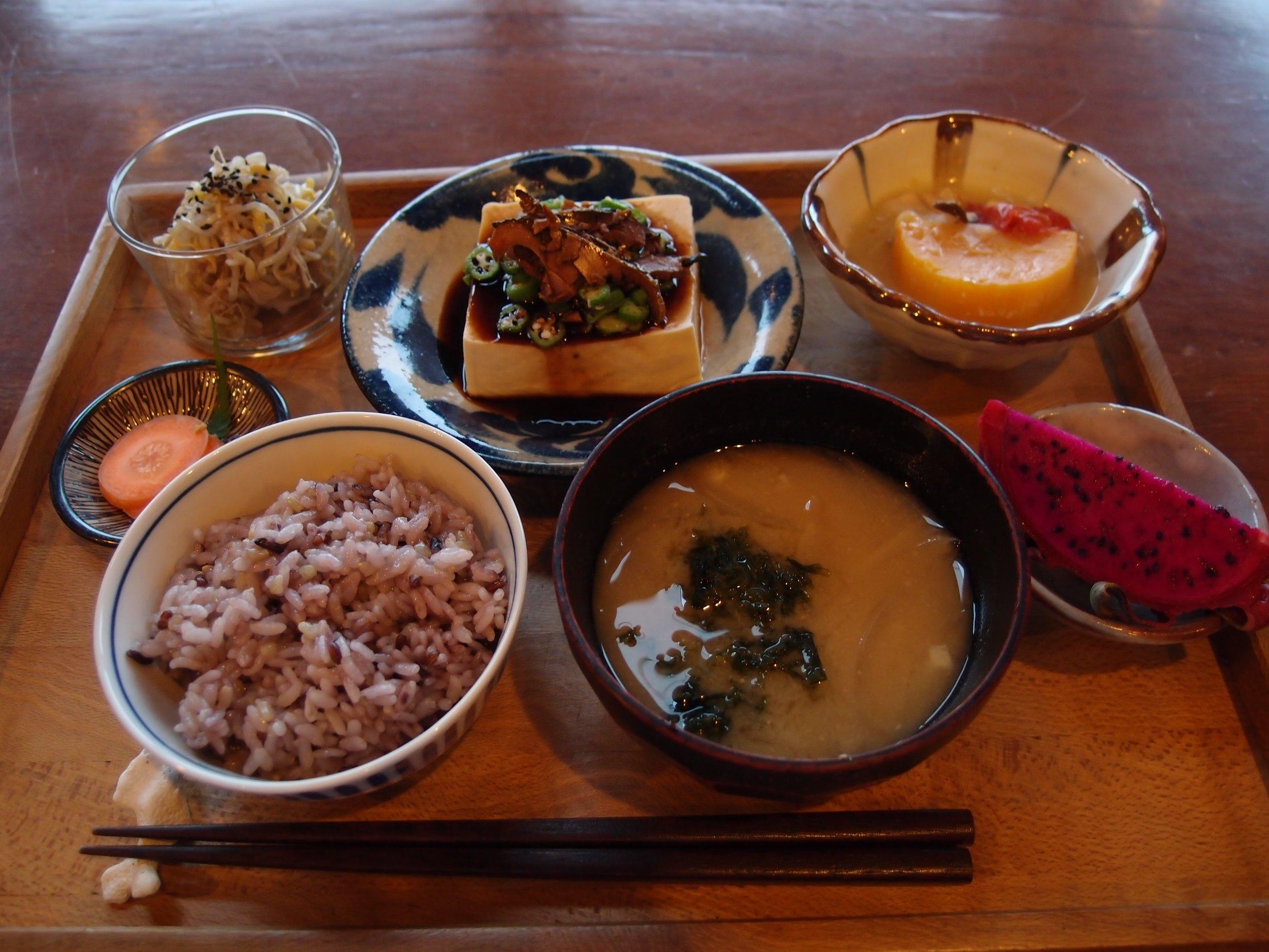 毎回おかわりをさせてもらったタクゾーさんによる朝ごはん。この日は屋久島名物の鯖節が冷奴に乗っていました。