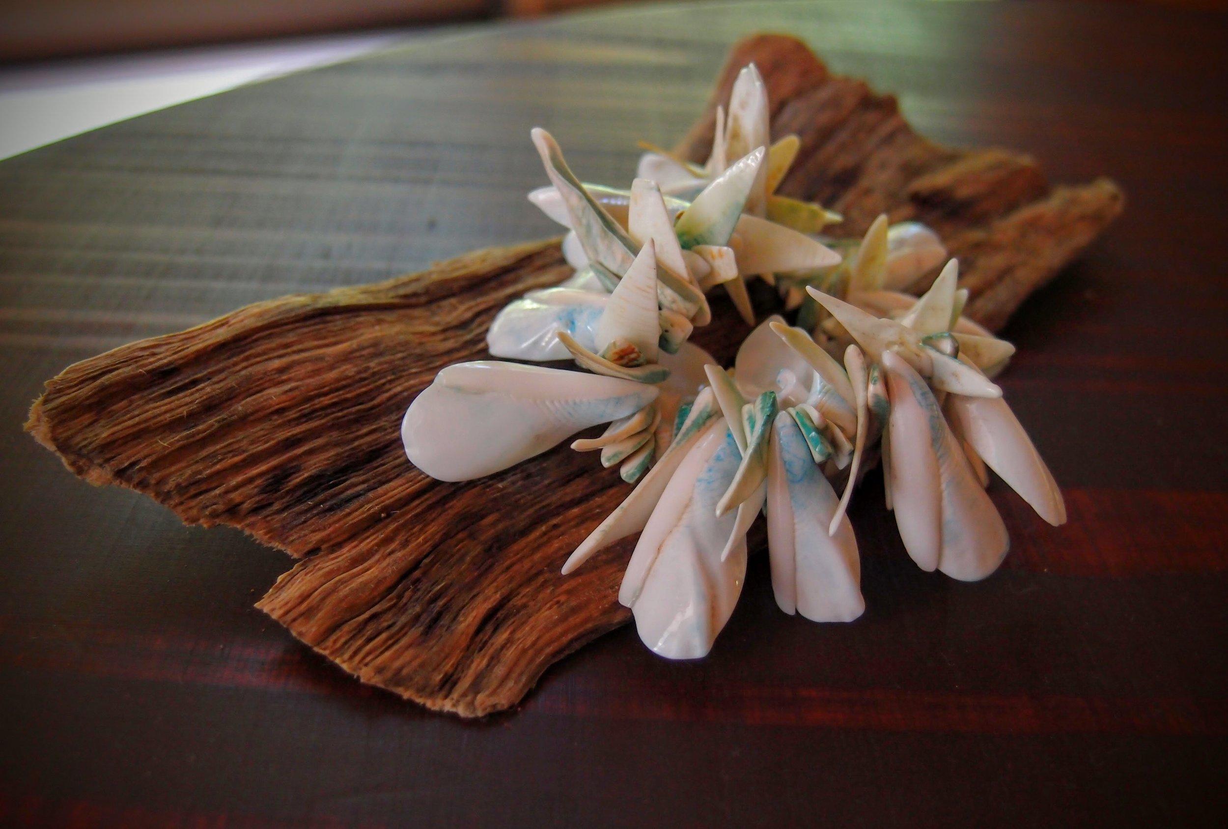 マユカさんからいただいたブレスレット。下に敷かれているのは屋久島の流木で、自宅でもこのセットで置いています。
