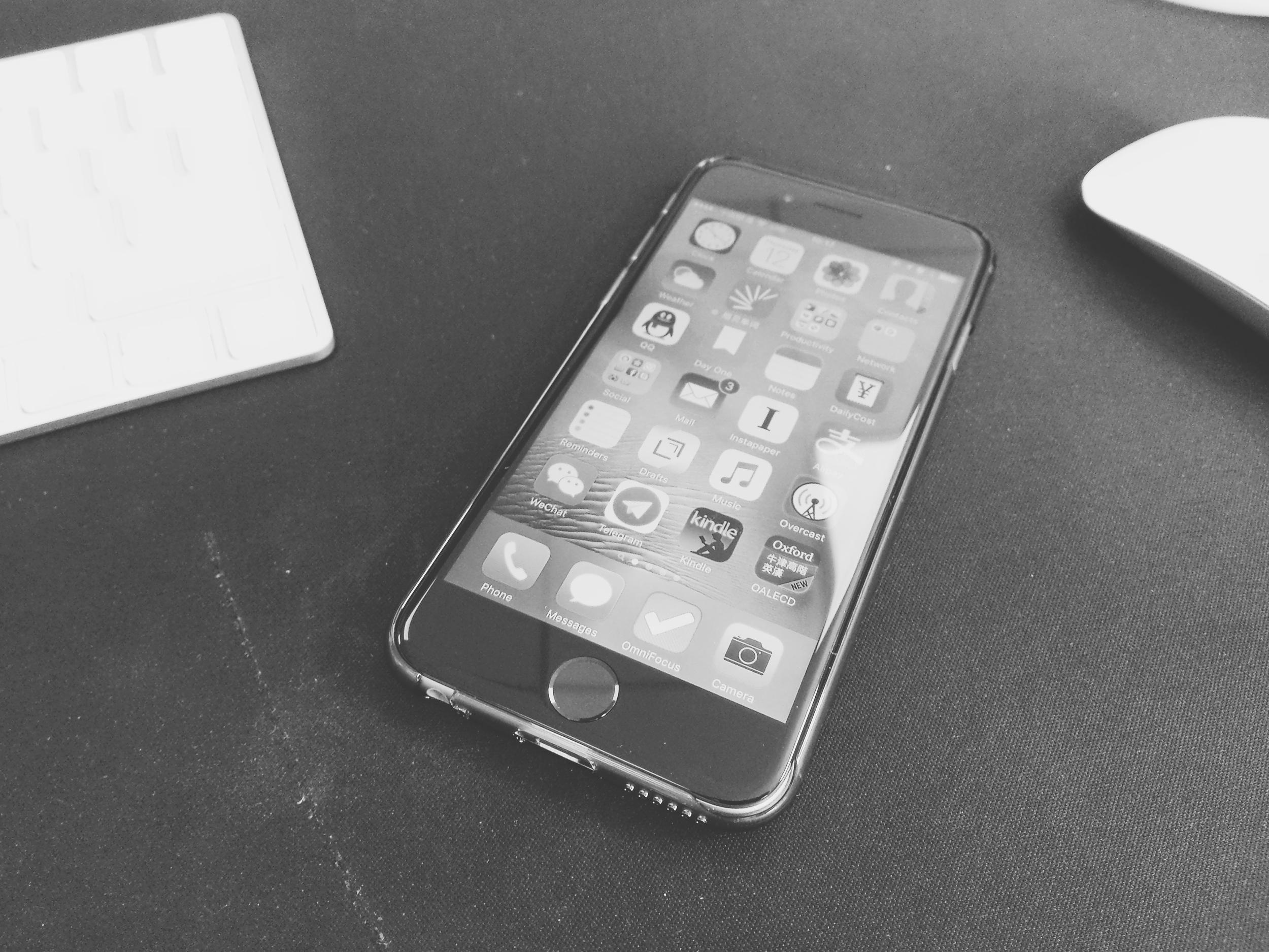 戴上 Air Jacket 之後的 iPhone 6s,不從側面看,很難察覺手機是有外殼包裹的