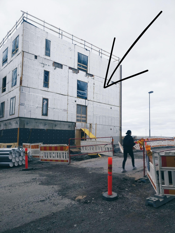 Itäinen julkisivu rakenteilla - teoksen taustana toimiva porraskäytävä puuttuu kuvassa vielä!