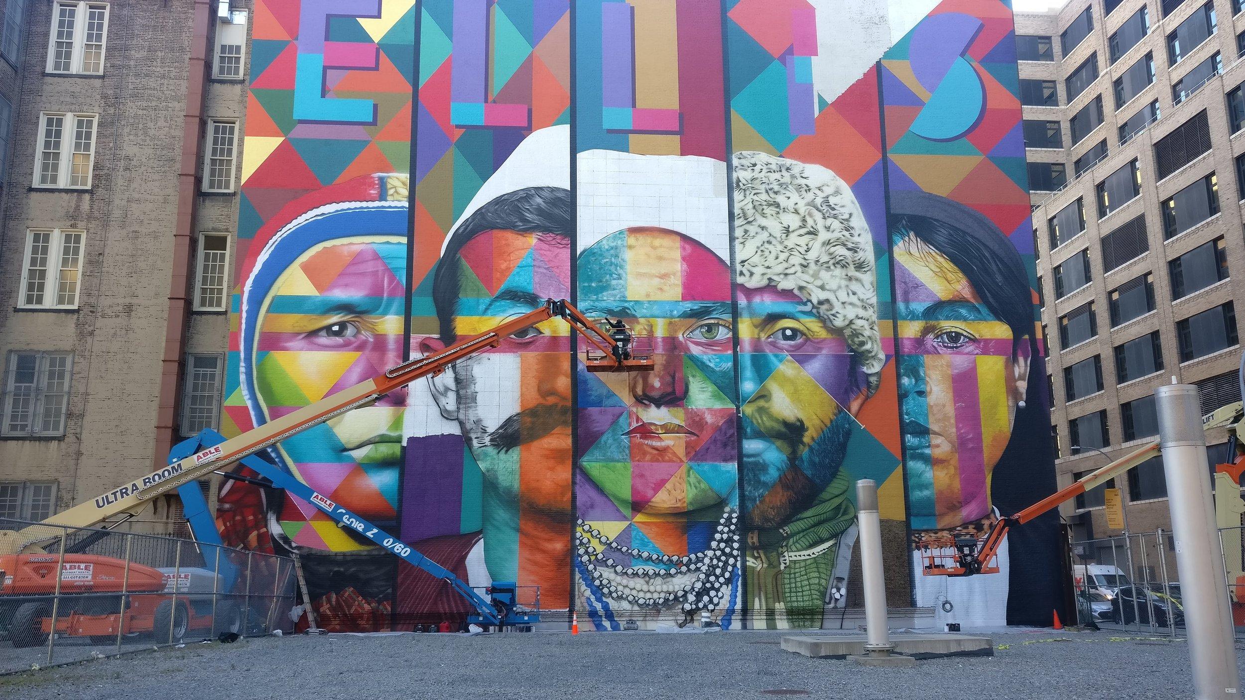 Eduardo Kobran  muraali Manhattanin West Villagessa pohjaa viiteen aitoon valokuvaan Ellis Island maahanmuuttomuseon arkistoista. Kuvissa on eri ikäisiä ja -taustaisia maahanmuuttaja, jotka ovat saapuneet New Yorkiin sata vuotta sitten, silloisen Ellis Island -vastaanottokeskuksen kautta. Kyseessä on suurin 'Colors For Freedom' nimisen muraalisarjan maalauksista. (P.S. Ellis Islandin valtava maahanmuuttomuseo oli yksi koko New Yorkin matkani vaikuttavimpia kokemuksia - suosittelen skippaamaan veneretkeen kuuluvan vapaudenpatsaan ja viettämään koko päivän museossa.)
