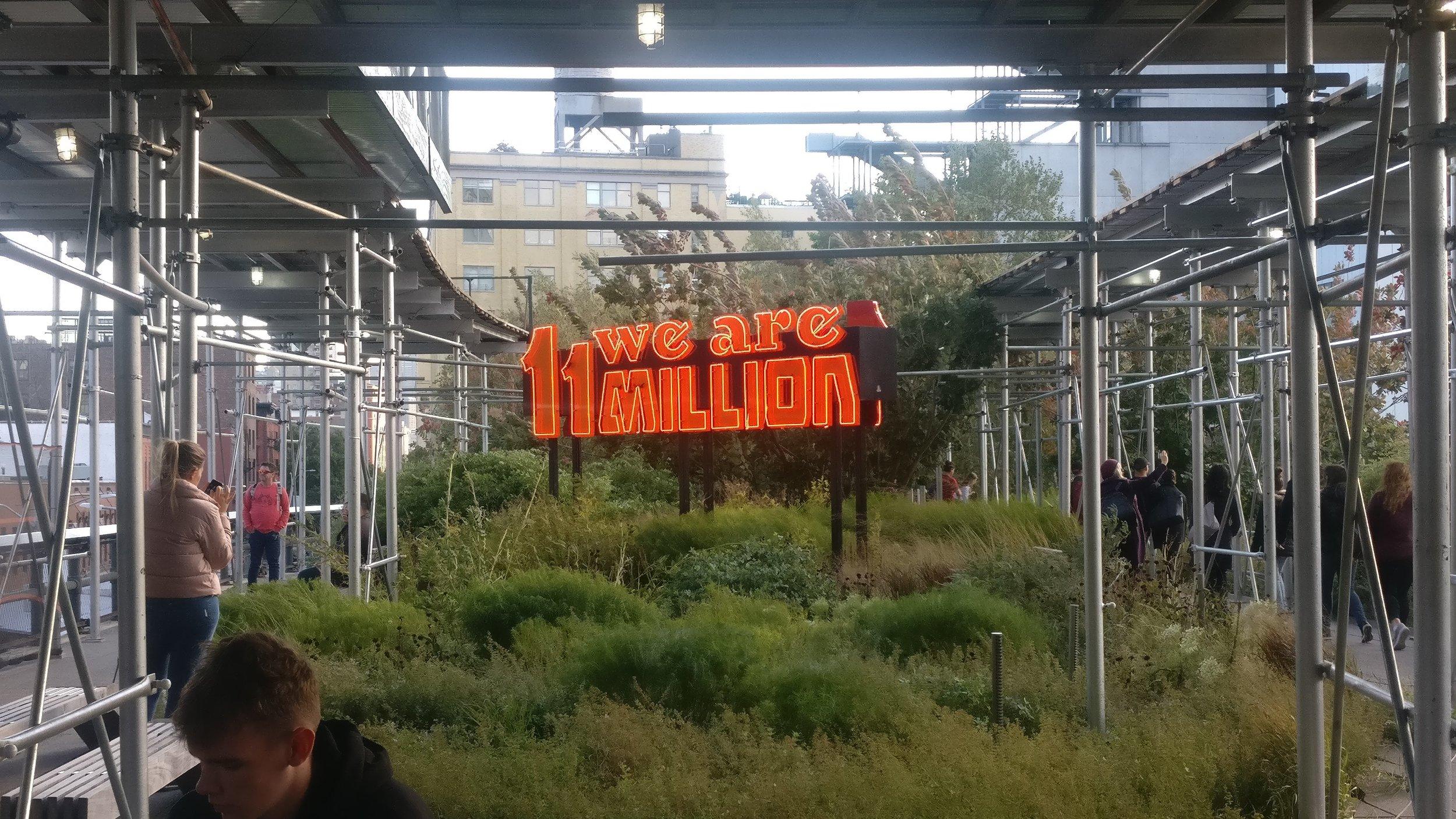 Andrea Bowersin  teos  High Linen Agora -näyttelyssä  viittaa arvioon Yhdysvalloissa elävien paperittomien siirtolaisten määrästä.