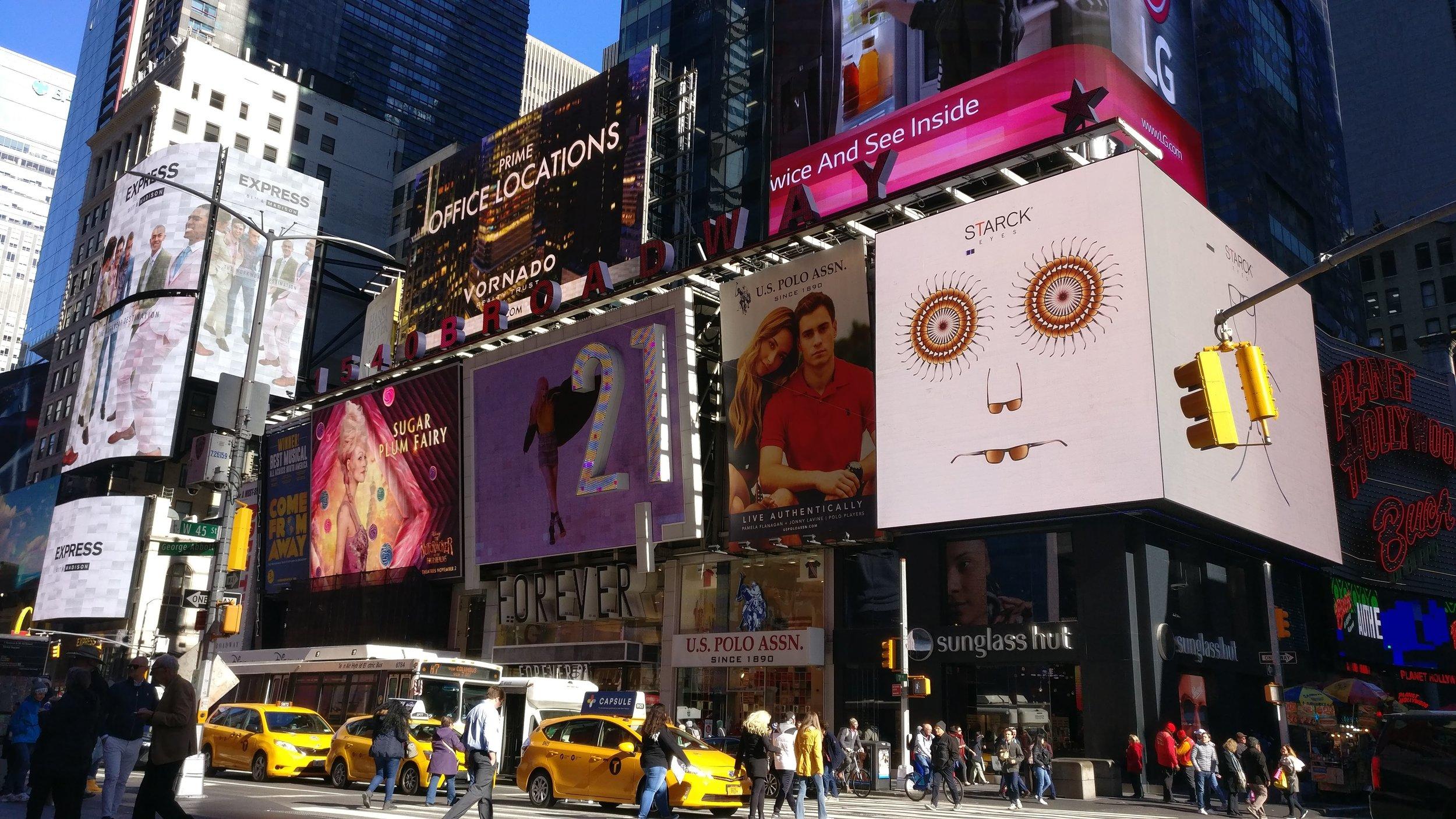 Joka yö keskiyöllä nämä valotaulut muuttuvat kolmeksi minuutiksi taiteen taustaksi suositussa  Midnight Moments  -teossarjassa, jota toteuttaa Times Square Arts -järjestö.