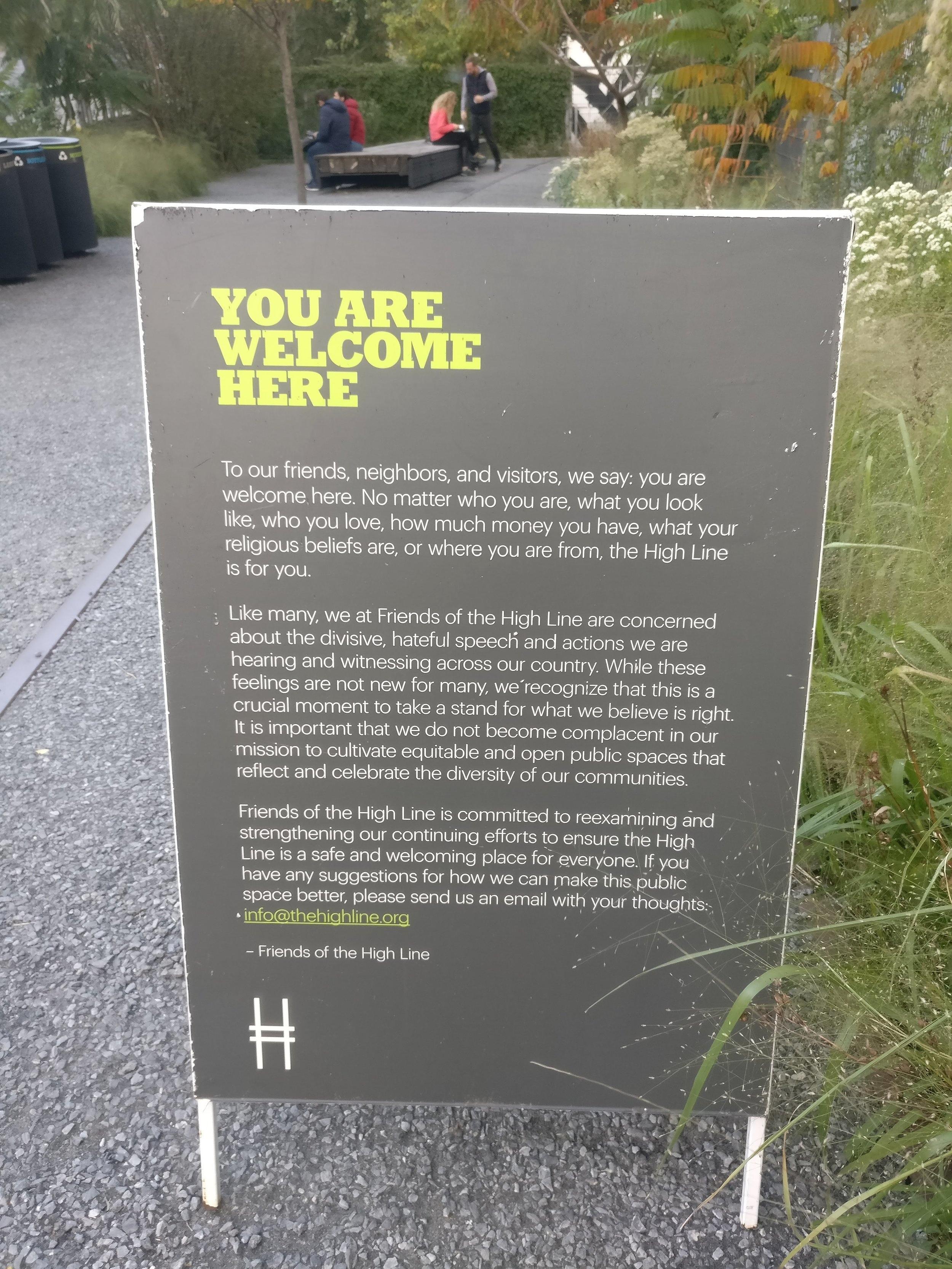 Kyltti high Linen alussa pyrkii korostamaan tilan olevan avoin kaikille. Kyltin olemassaolo paljastaa osalla ihmisistä olevan päinvastainen kokemus.