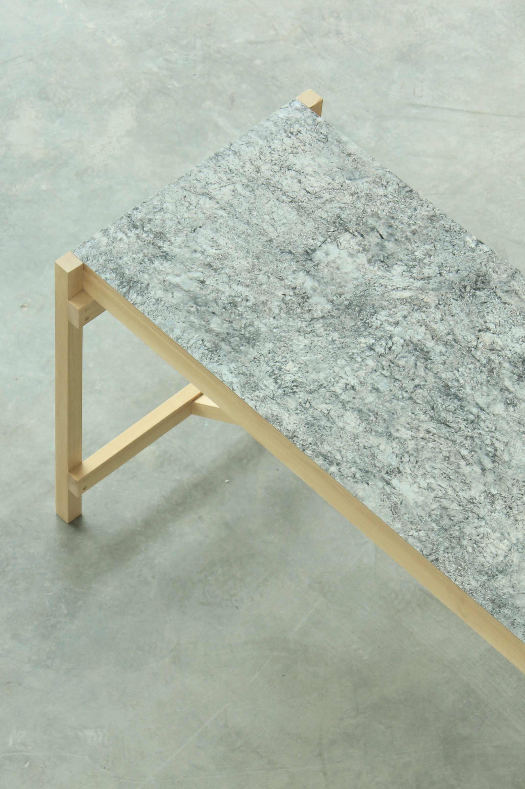 MM1700   MM2000   Estructura de madera maciza de guatambú. Sistema de ensamble con bandeja intermedia.  Dimensiones: - 1700 x 850 x 600 - 2000 x 850 x 700  Material de tabla: mármol/vidrio/formica
