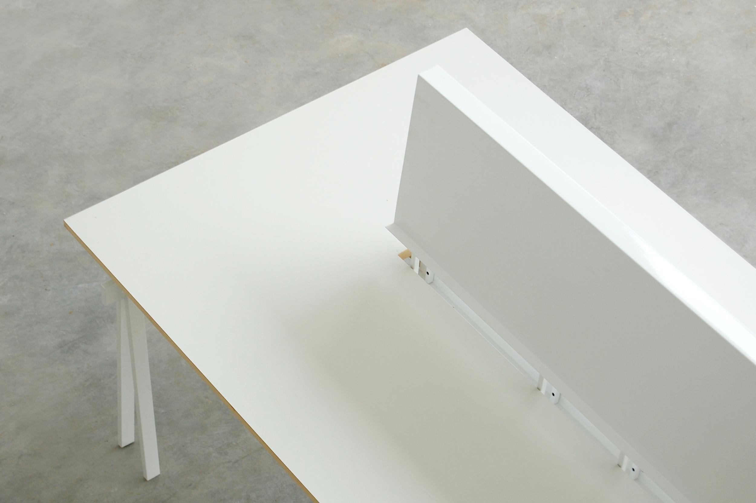 MC 2200   Estructura metálica con vigas de madera maciza de guatambú. Sistema de ensamble con bandeja intermedia.  Dimensiones: - 2200 x 850 x 1200  Material de tabla: formica/madera natural