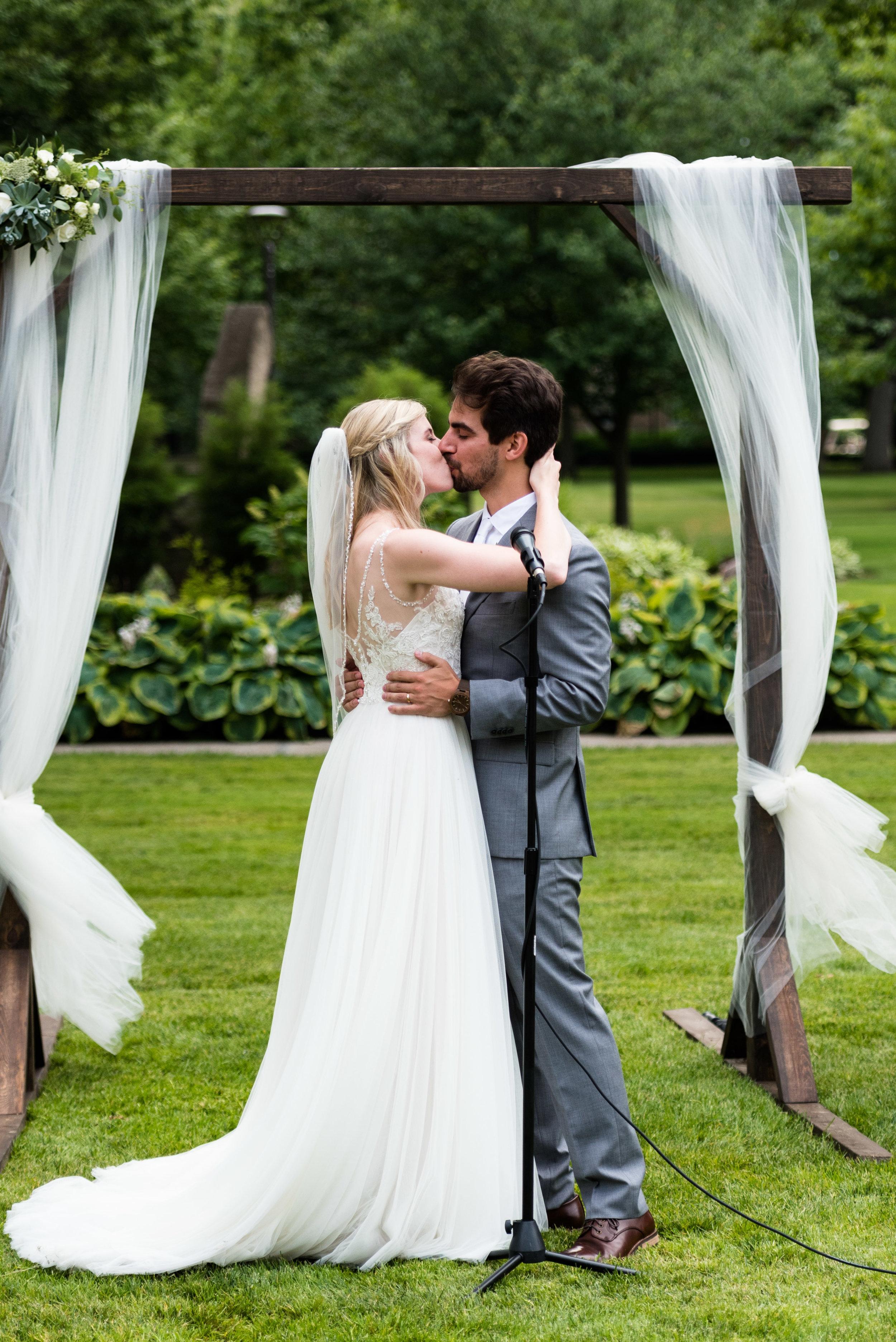 first kiss ohio wedding photos