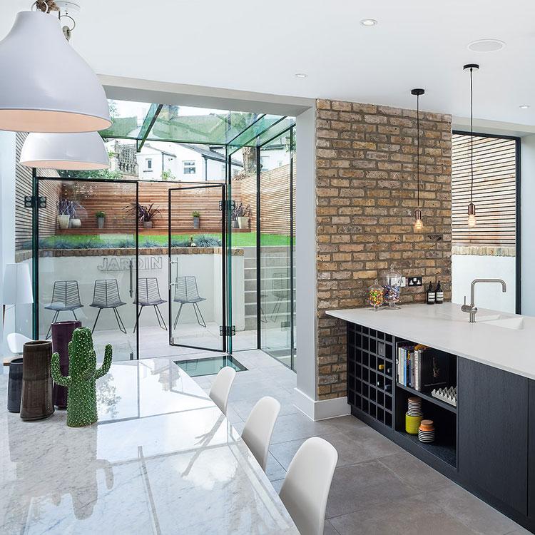 Opulen kitchen and garden in London