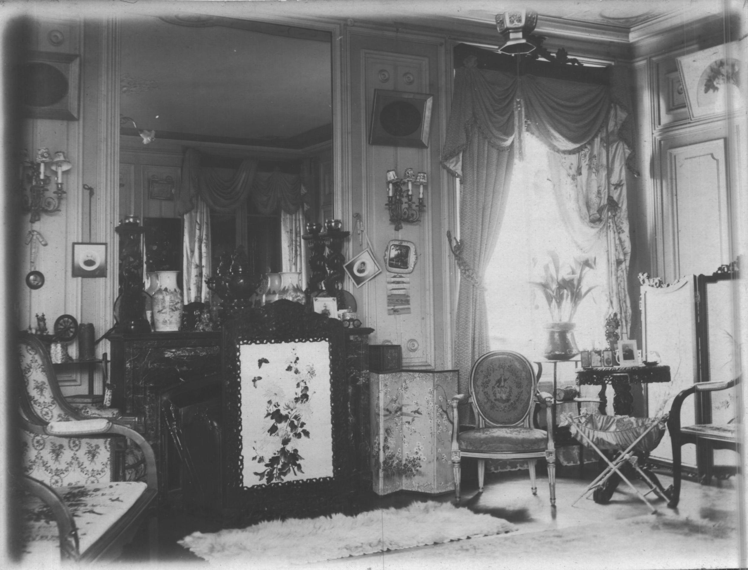 Coin du salon de tante Eugénie, à Lyon, quand son mari commandait une brigade coloniale en 1918