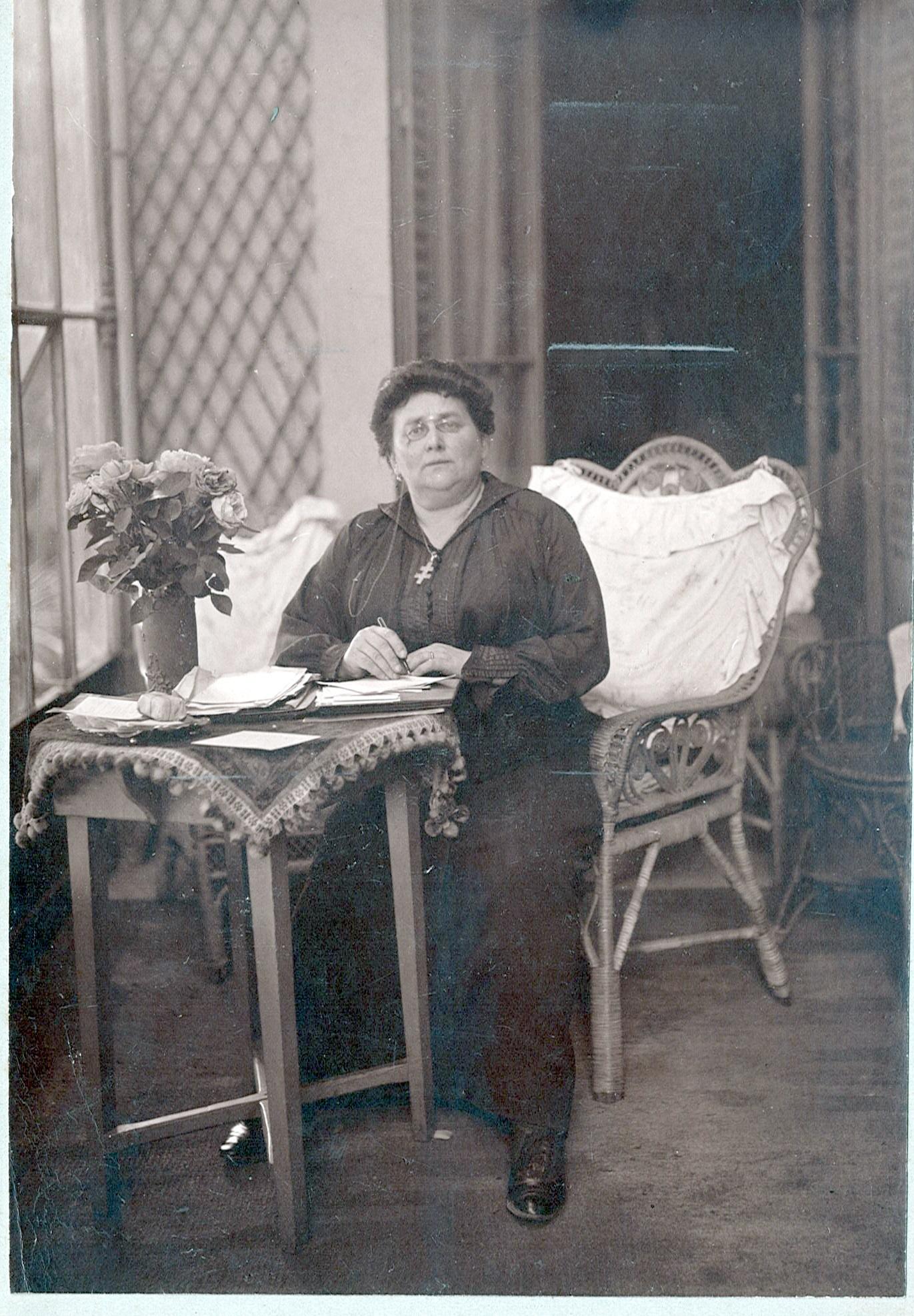 Tante Eugénie à Lyon dans la vérandah