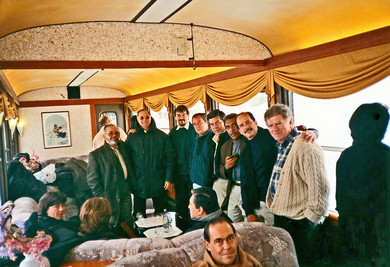 Jean-Pierre Gontard posant avec des guérilleros des FARC et des représentants du gouvernement colombien, lors d'une réunion secrète dans le wagon d'un train de montagne de la ligne Aigle-Sépey Diablerets, un jour glacial de février 2000. Quinze ans après, plusieurs de ces personnes font toujours partie des délégations à La Havane. © DR