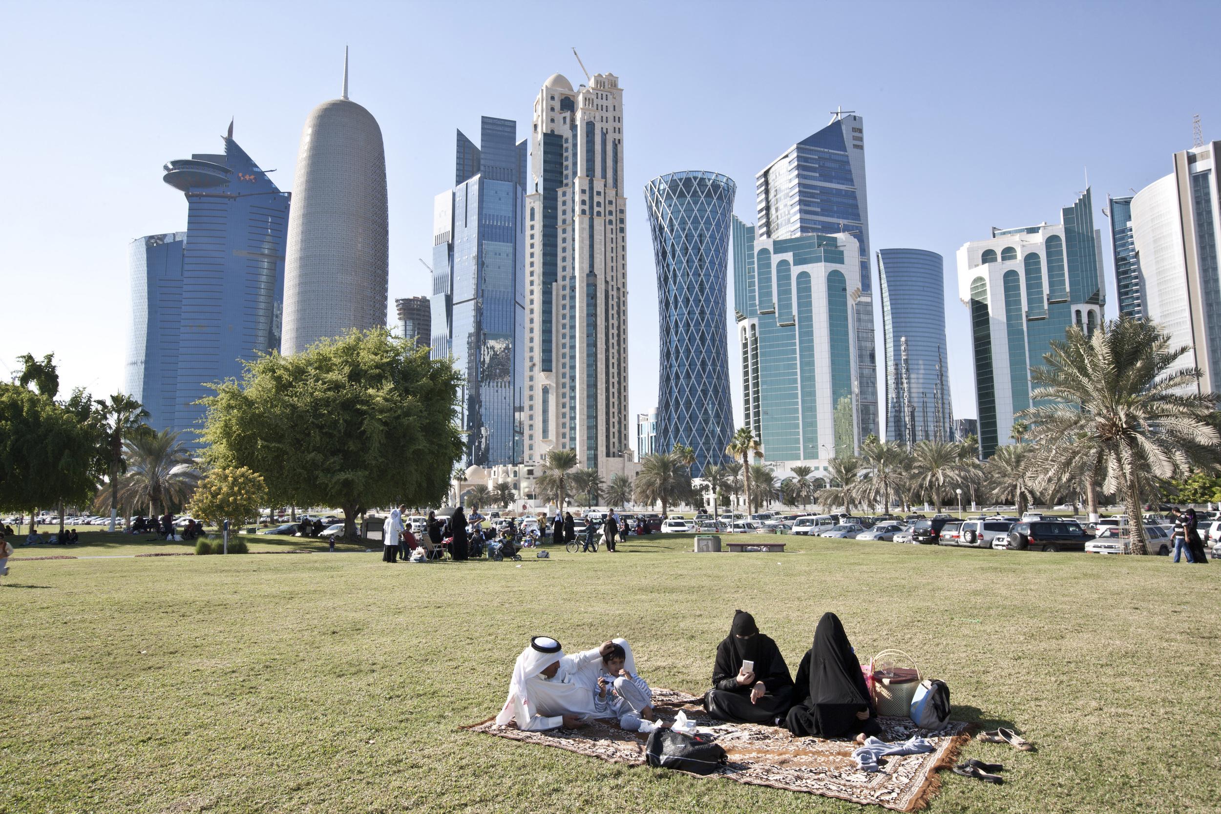 Doha, Qatar. Une famille qatari fait un pique-nique dans le district financier. © Matilde Gattoni / Novembre 2014