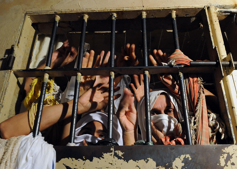 Prisonniers entassés dans une cellule d'une prison de l'état du Parana. Inhumaines, les conditions de détention sont à l'origine de mutineries. © Agence Estado / Archives
