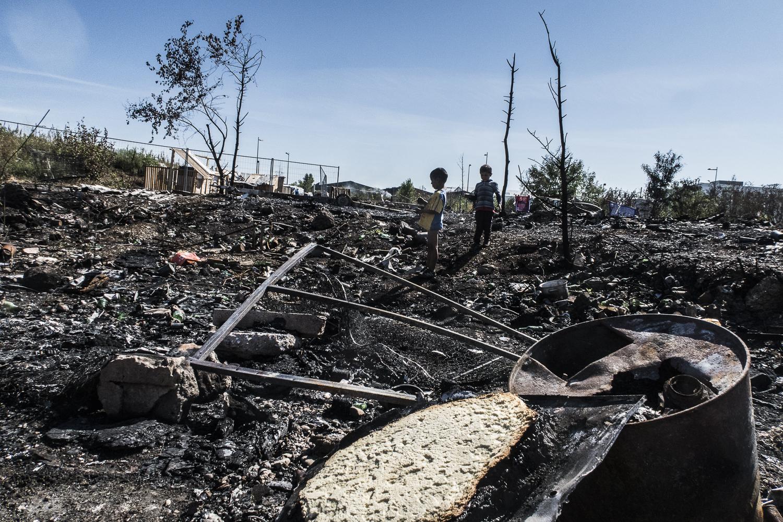 Les restes du bidonville brûlé dans l'incendie du 17 août. Vaux-en-Velin, Lyon, France © Alberto Campi / Août 2015