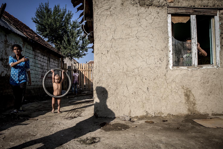 Maison dans le ghetto de Tinca, en attente d'être réparée. Tinca, Roumanie. © Alberto Campi / Juillet 2015