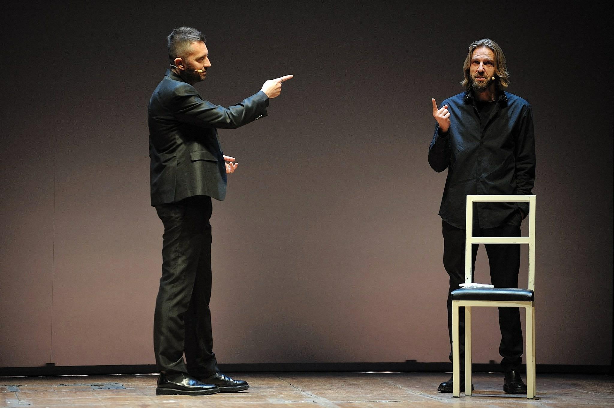 Le journaliste Andrea Scanzi, à gauche, Giulio Casale à droite. © Leonardo Arrisi