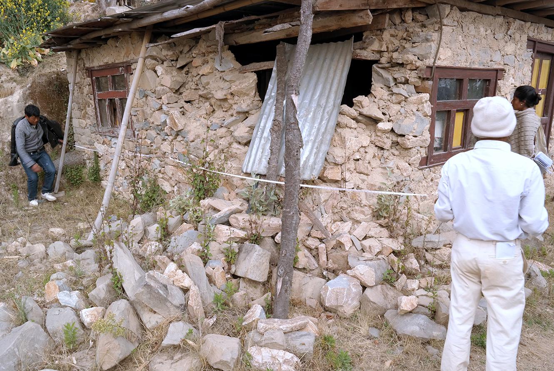 À Tanchok, les ingénieurs du gouvernement mesurent l'ampleur des dégâts près d'un an après le séisme. © 4 mars 2016