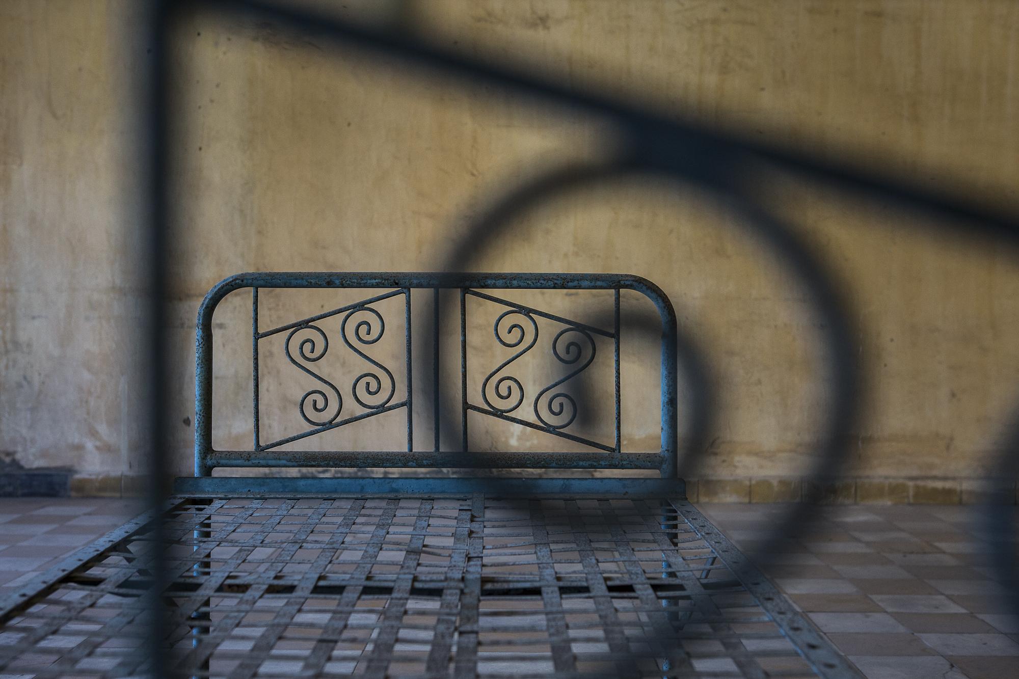 L'un des sommiers en métal sur lesquels les prisonniers de S-21 ont été torturés. © Alberto Campi / 1 janvier 2017