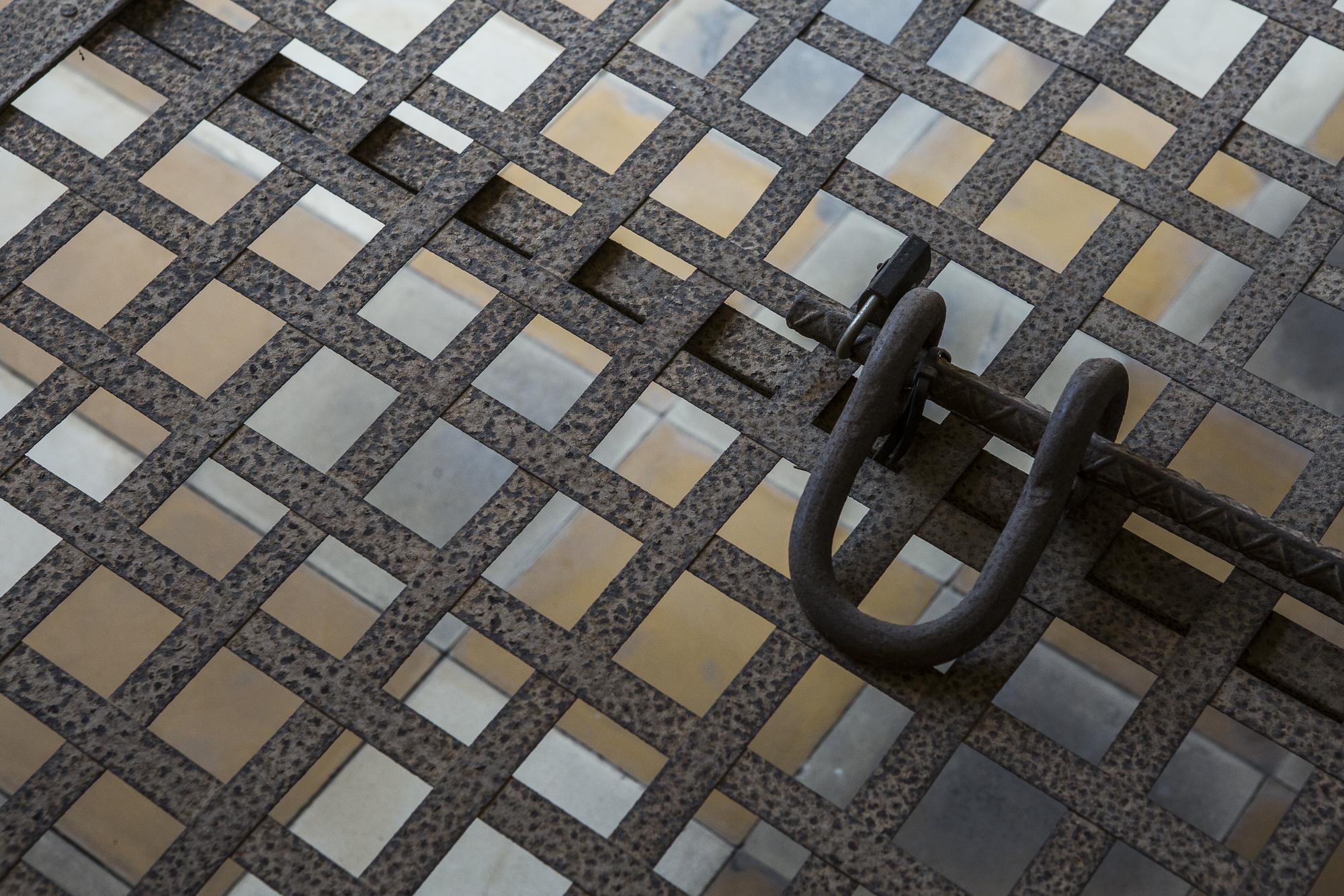 Mousqueton utilisé pour maintenir les prisonniers par les chevilles et les poignets sur les sommiers en métal. © Alberto Campi / 1 janvier 2017