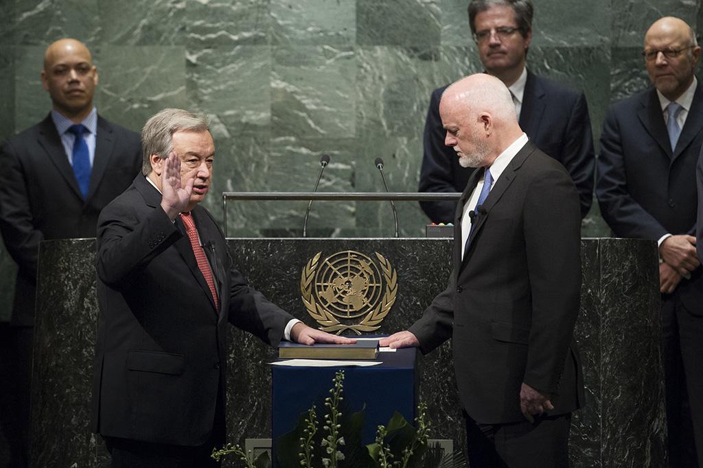 Le nouveau secrétaire général de l'ONU, Antonio Guterres, prête serment à New York. © Courtesy United Nations Photo / 12 décembre 2016