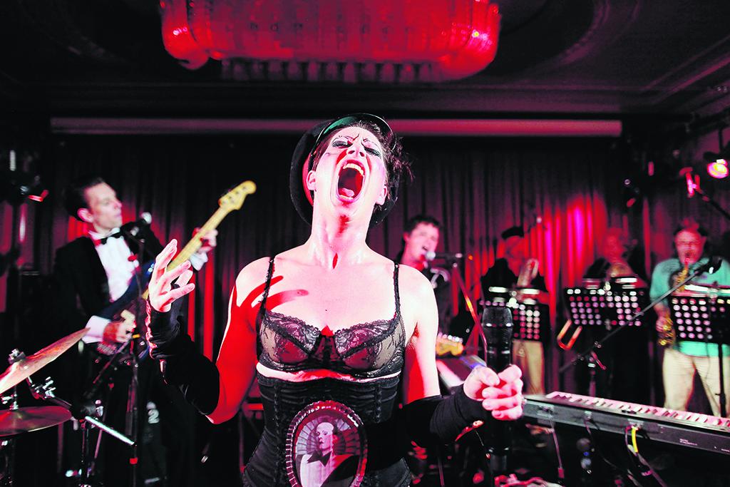 Amanda Palmer a financé le premier album de son groupe, le  Grand Theft Orchestra  (ici à Berlin) grâce au crowdfunding. Mais elle avait utilisé une partie de l'argent à des fins personnelles. ©Keystone / AP Photo / Adam Berry / 14 juin 2012