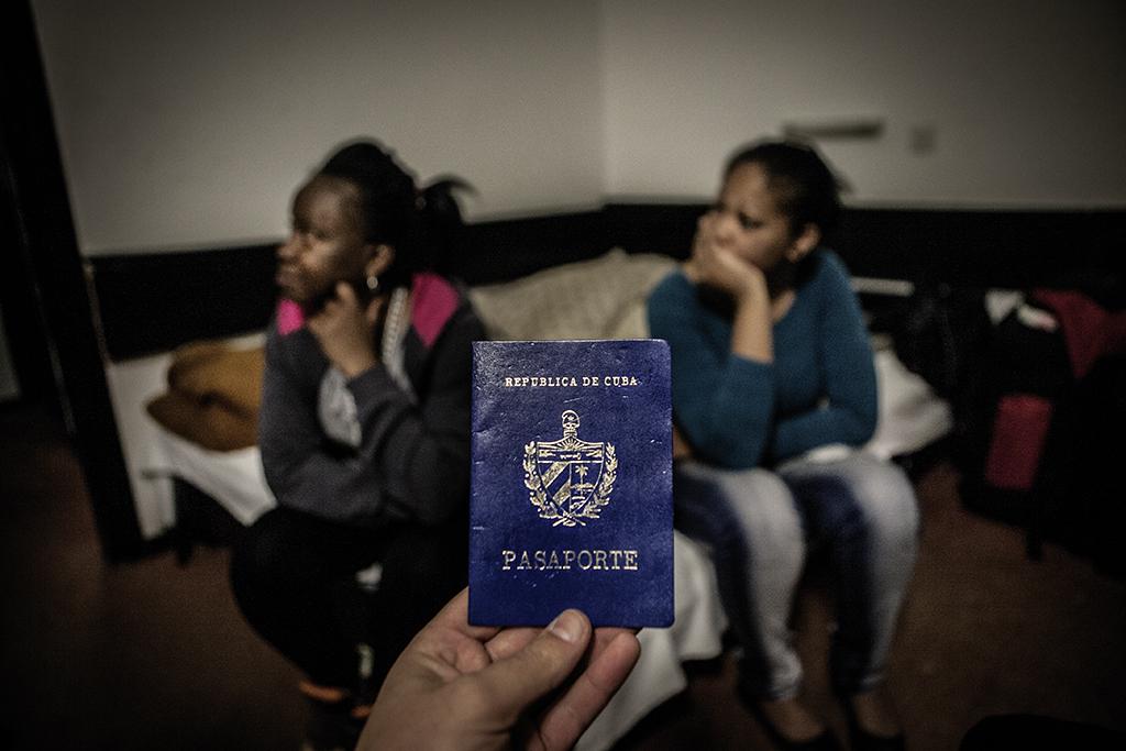 Yaite et Jany, citoyennes cubaines, montrent leur passeport. © Alberto Campi / Obrenovac, Serbie 2014