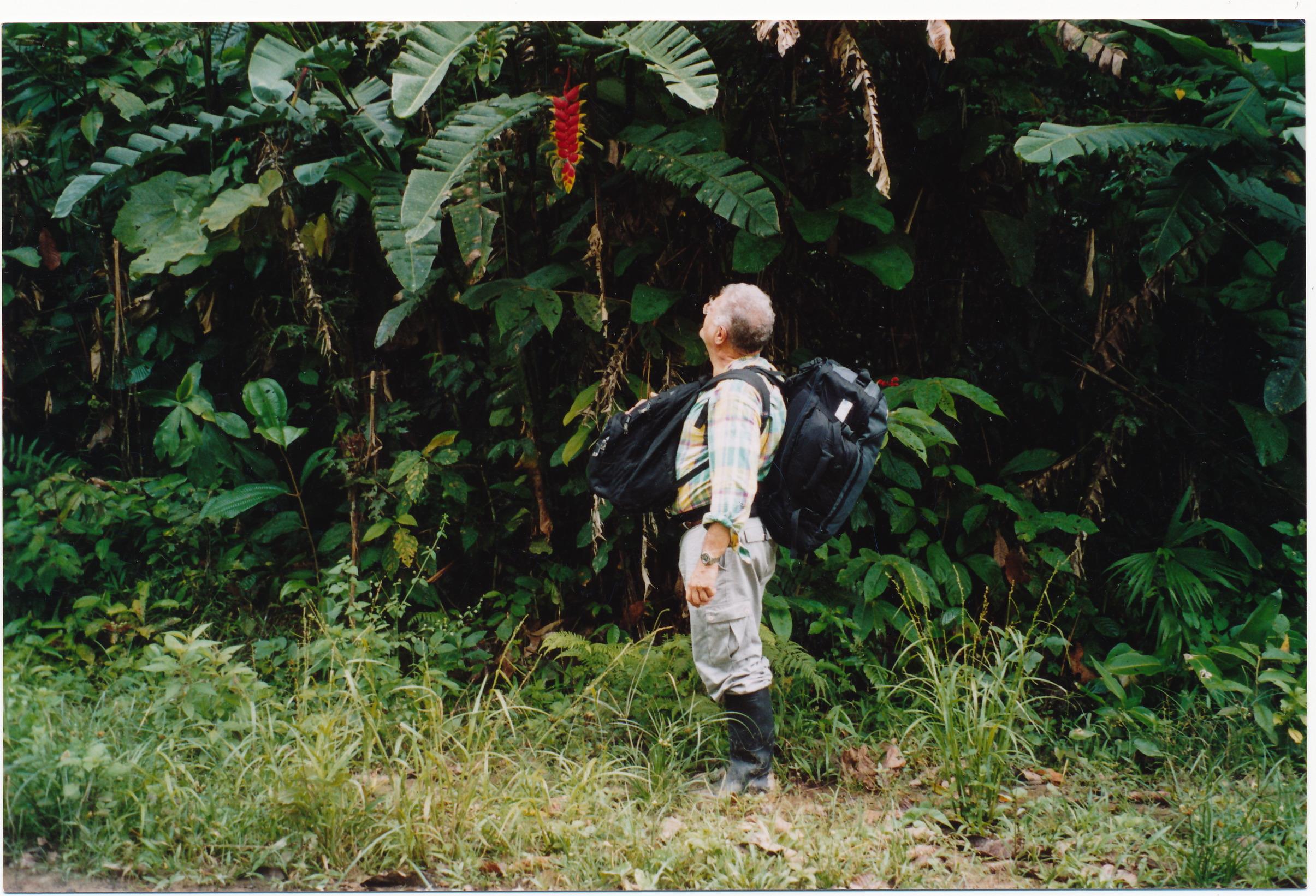 Jean-Pierre Gontard se prépare à rencontrer les responsables de la guérilla des FARC dans la forêt colombienne. © Courtesy Jean-Pierre Gontard.