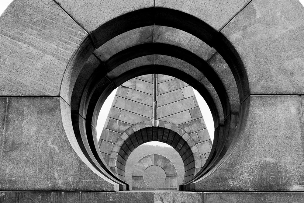 Inauguré en 1981, le mausolée pour les combattants de Bogdan Bogdanovic à Popina près de Trstenik (Serbie) rappelle l'une des premières batailles des partisans contre les Allemands en octobre 1941. © Alberto Campi, 14 avril 2014.