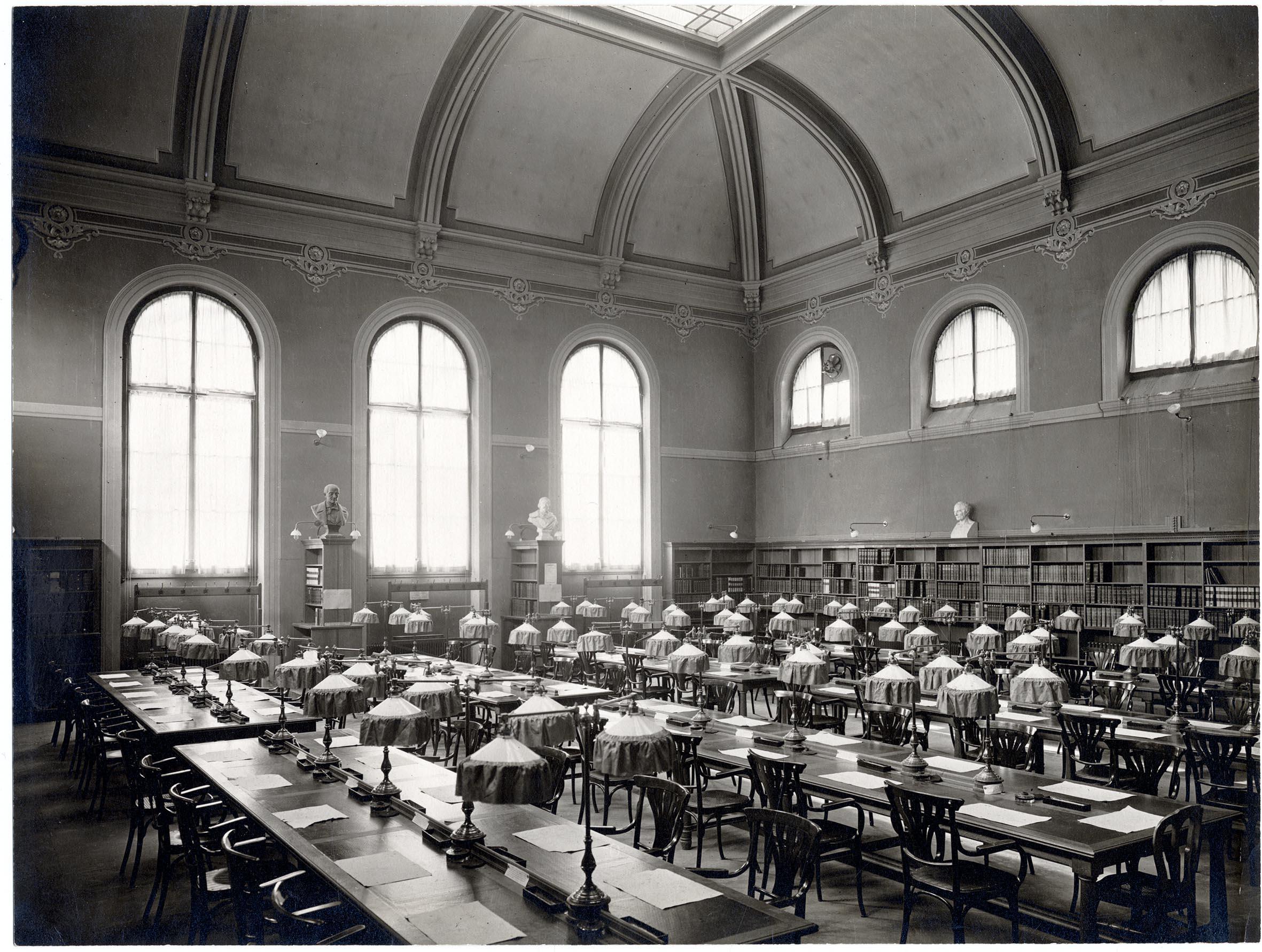 Bibliothèque publique et universitaire à Genève. La salle construite en 1905, telle qu'a dû la connaître Lénine. © Bibliothèque de Genève