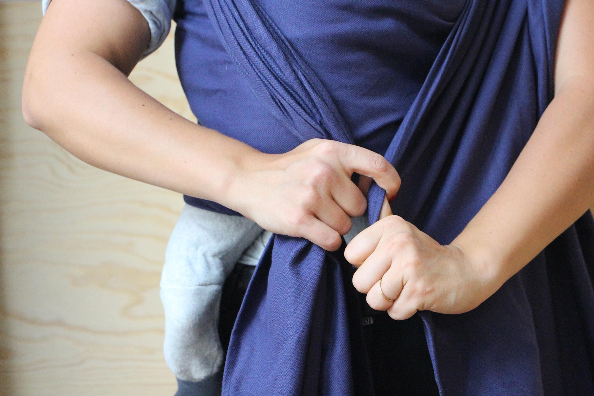 Die linke Seite des Tuchs gut festhalten und die rechte Seite ebenfalls nachziehen