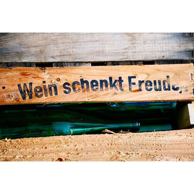 Das Wort zum Wochenende... 😎🍷🌺 #happyweekend#wochenende#weinliebhaber#wein#weinkiste#weinschenktfreude#pfalz#süw#weinhauswagner#lifestyle#behindthescenes#shootingday#designagency#designerontour#followme#enjoylife#genussmensch#qualitytime#canon6d#lovemyjob#luxury#taste#feelthetaste#springtime#weinhaus#frühling#pfälzersinddiegeilsten