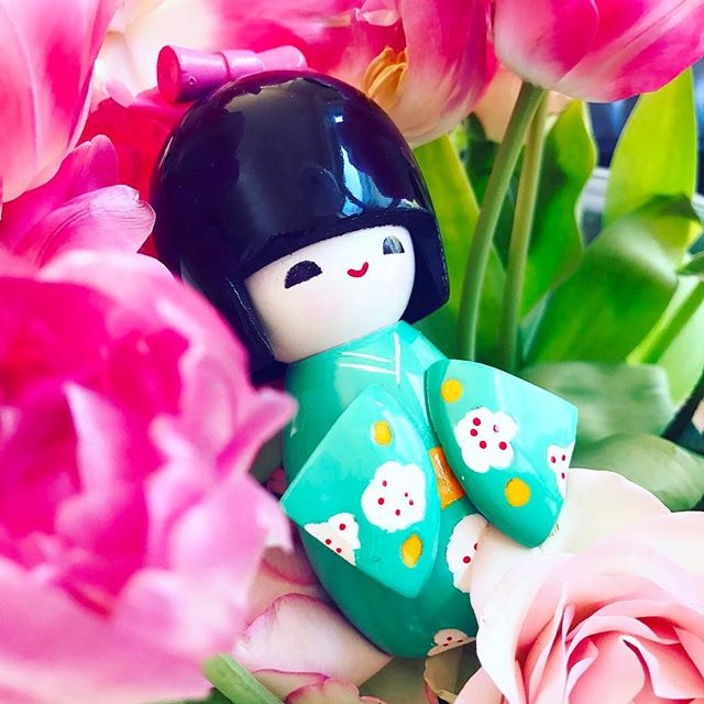 Ein Mitbringsel aus #hongkong 😍 Ich bin ja so in Love! 🌸😁 Vielen Dank @tialdo 😘 #geisha#holzfigur#mitbringsel#andenken#geschenk#farbenfroh#volltoll#designagency#pixsouldesign#lovemycousin#flowers#pink#colorful#impressions#happydesigner#süw#sosweet#decoration#lifestyle#cool#pfalz#behindthescenes#picoftheday