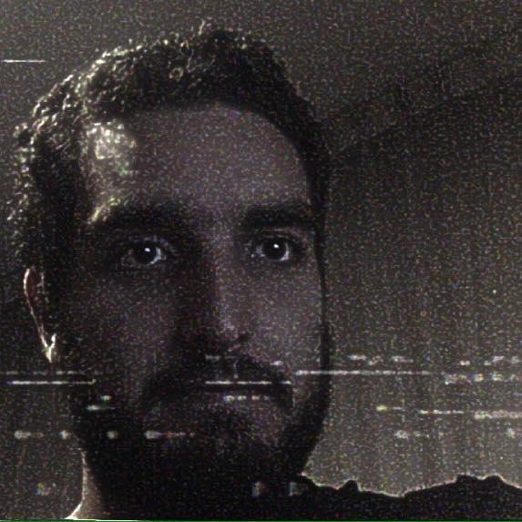 Sebastián Pulido Zethelius - Productor  Él ha visto todo lo que hay que ver de Internet. Es el hombre de las referencias y las ideas de vanguardia. Es súper aficionado a los podcast y es un as de productor.