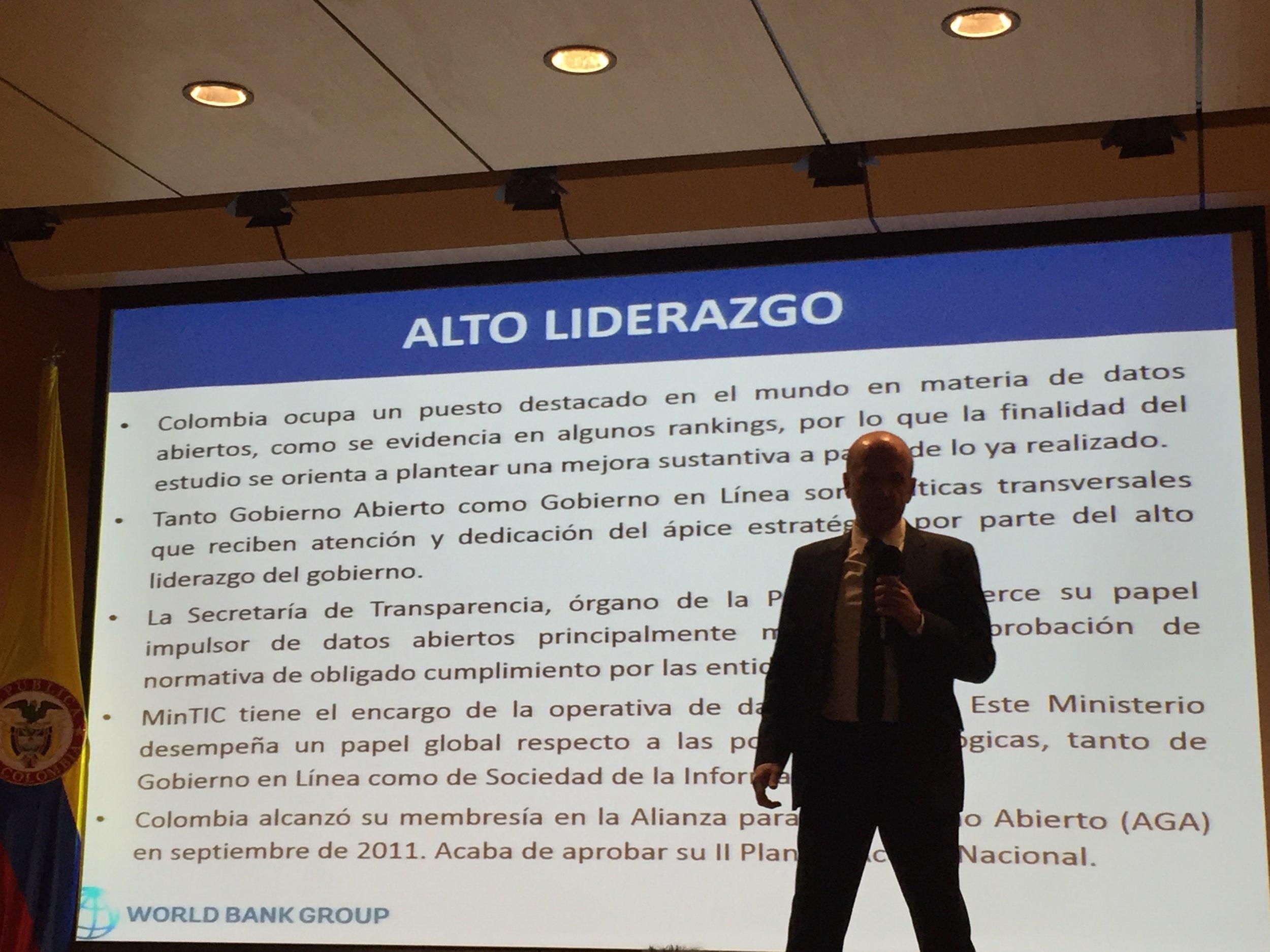 Alberto Ortiz de Zárate, el español enviado del Banco Mundial hablando sobre datos abiertos en el Ministerio TIC