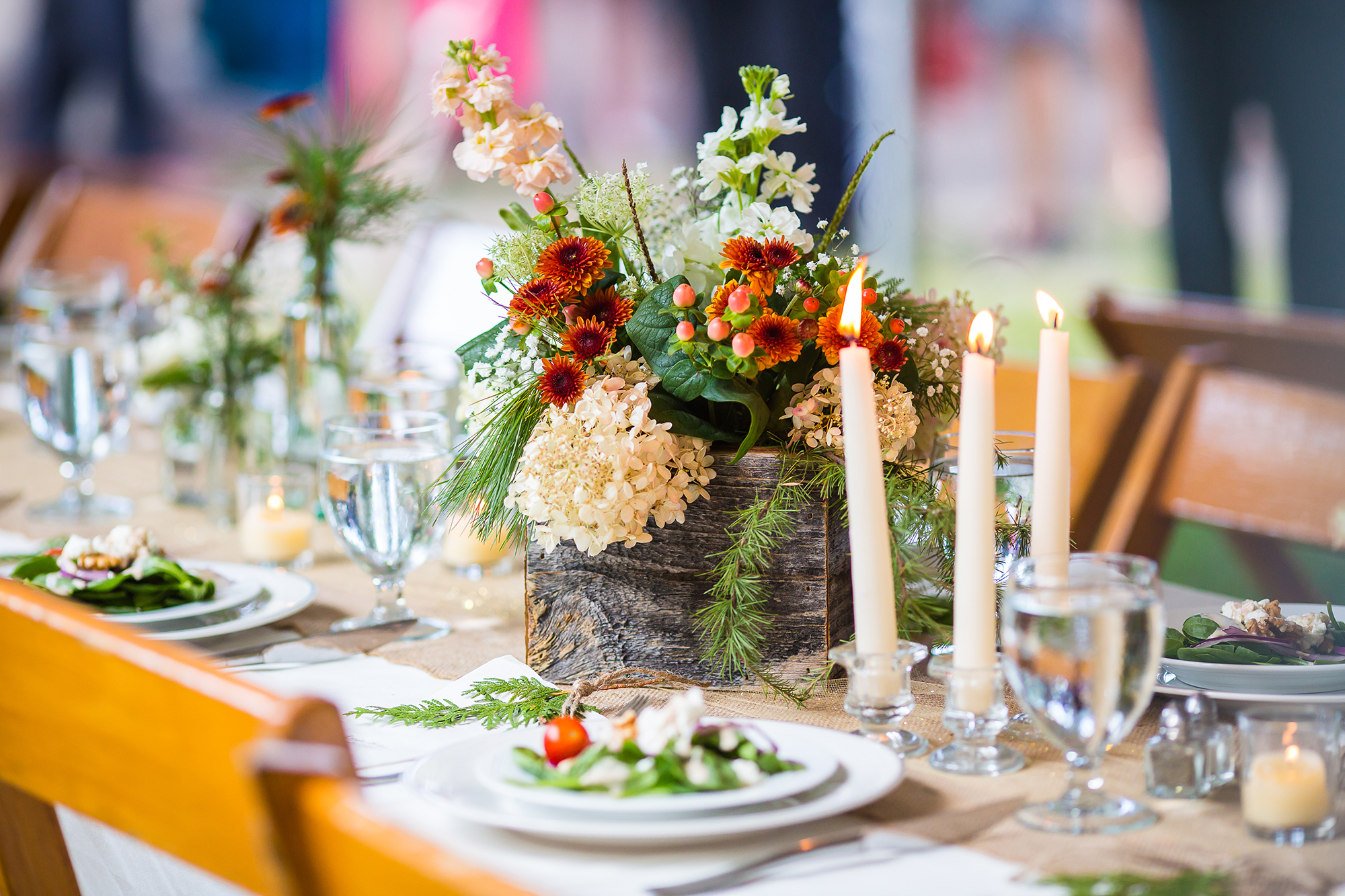 reclaimed_wood_centerpiece_fall_flowers