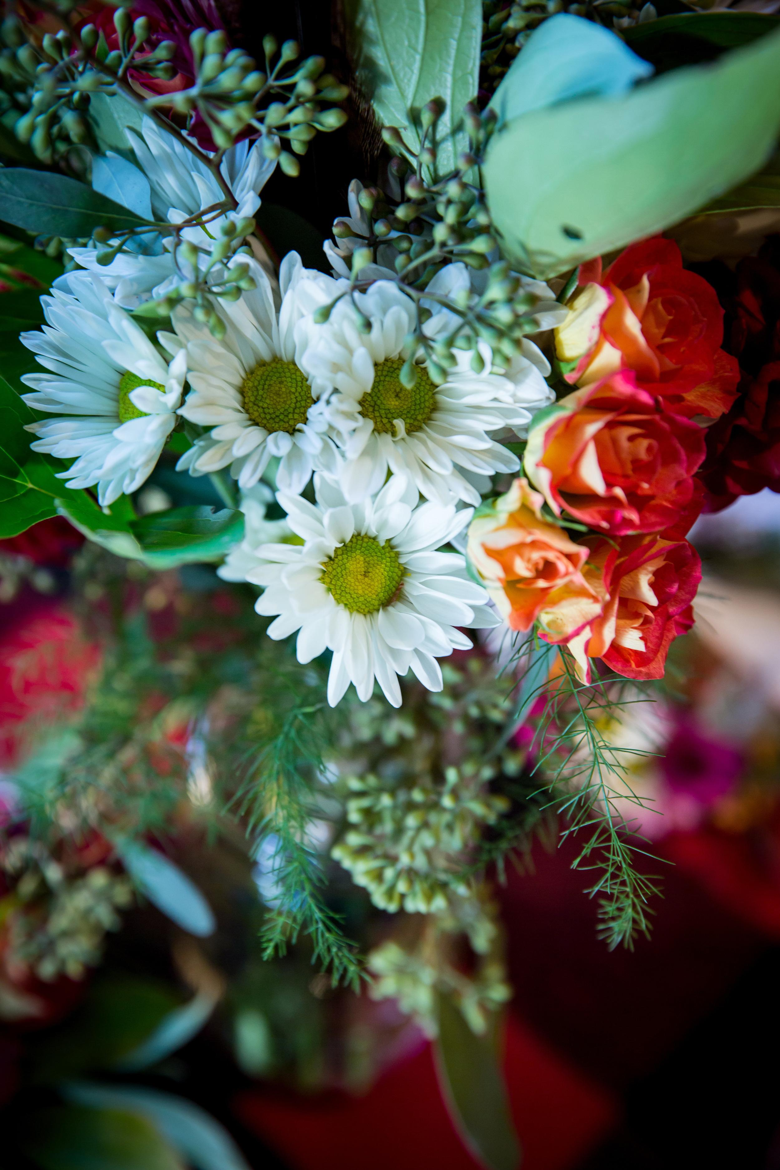 adirondack_woodland_wedding_daisies_roses_centerpiece