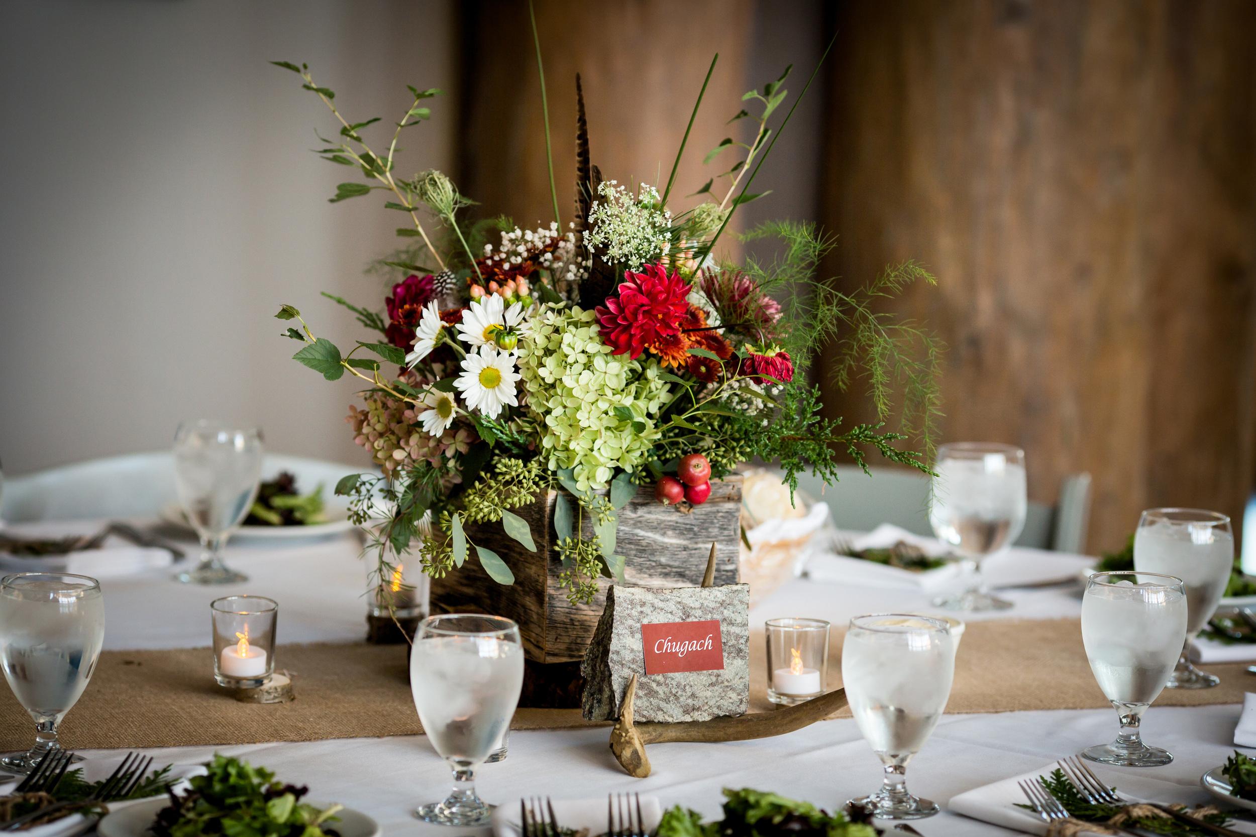 mountain_theme_rustic_wedding_table_centerpiece