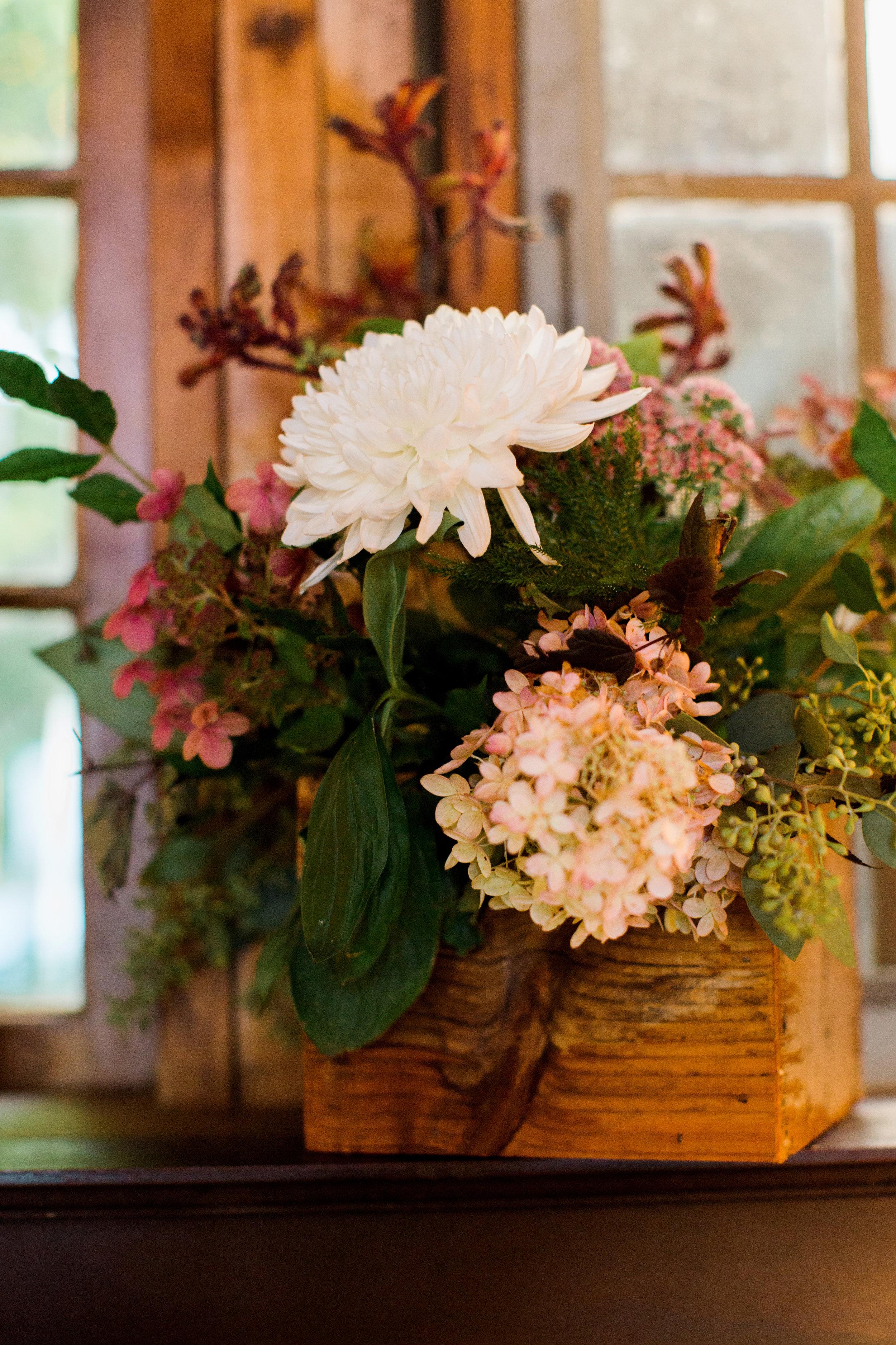 white_pink_wedding_centerpiece