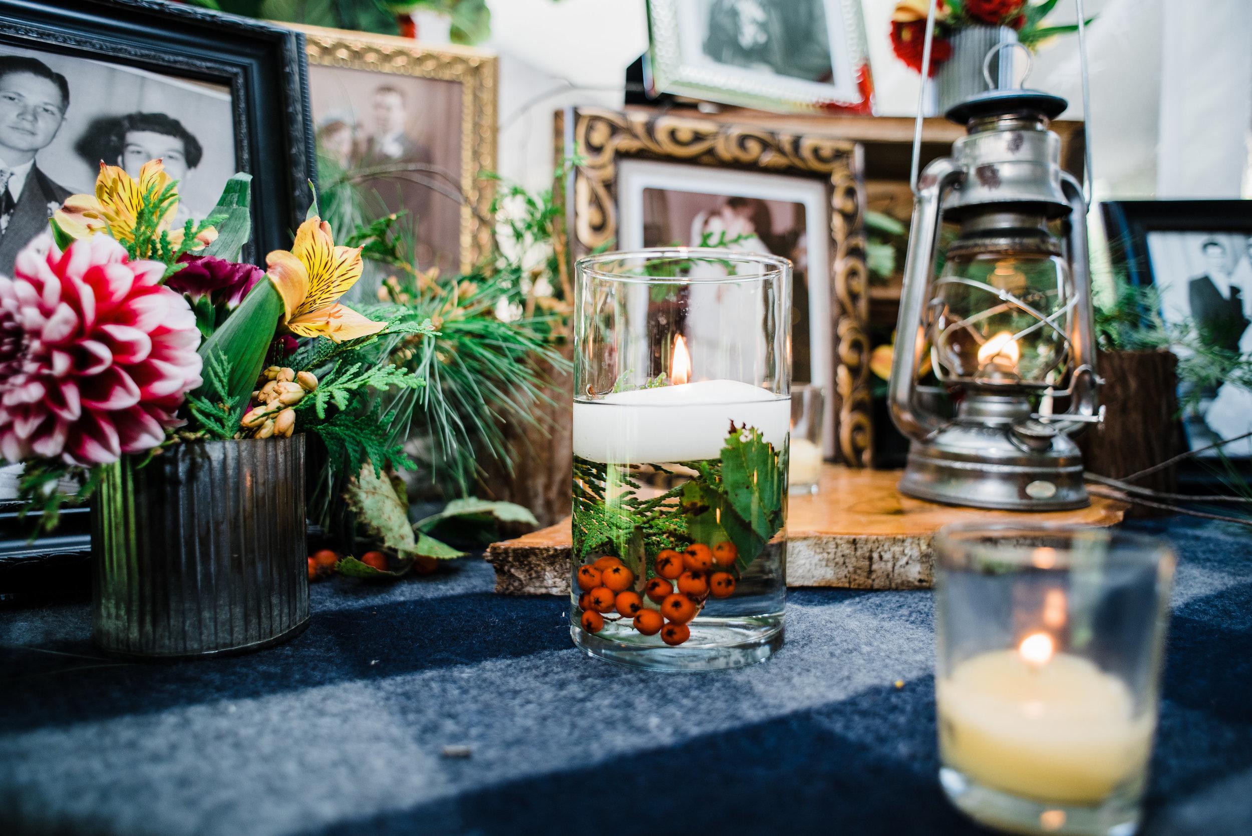 wedding_memory_table_antique_red_berries.jpg