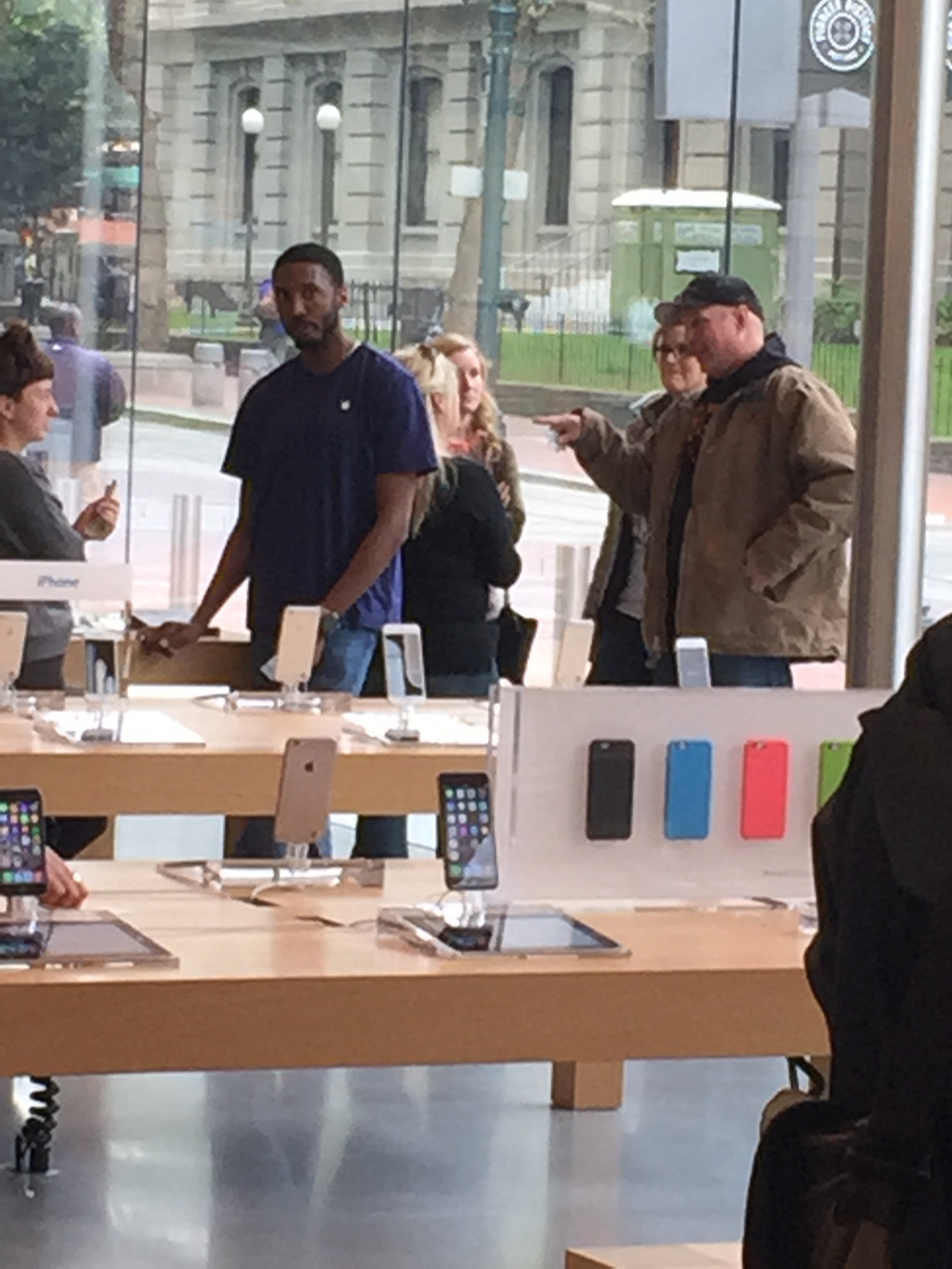 Garth Brooks Apple store in downtown Portland, OR