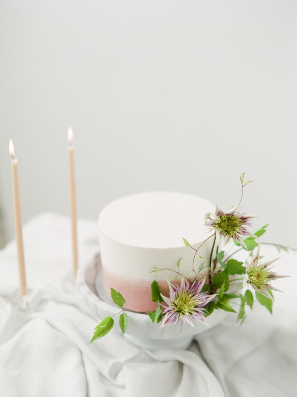 Unique wedding cake inspiration with fresh flowers by Foraged Floral