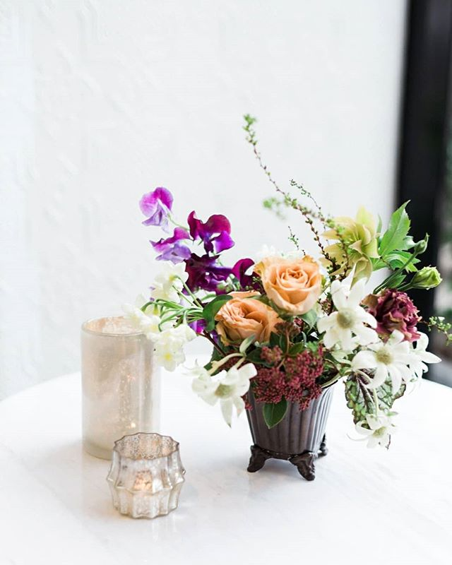 A fun little trio for the cocktail tables🤗  photo @whiteivoryphoto flowers @foragedfloral planning @whitneywertsandco and @ckeventdesign venue #elkspace at the @sentinelhotel hotel