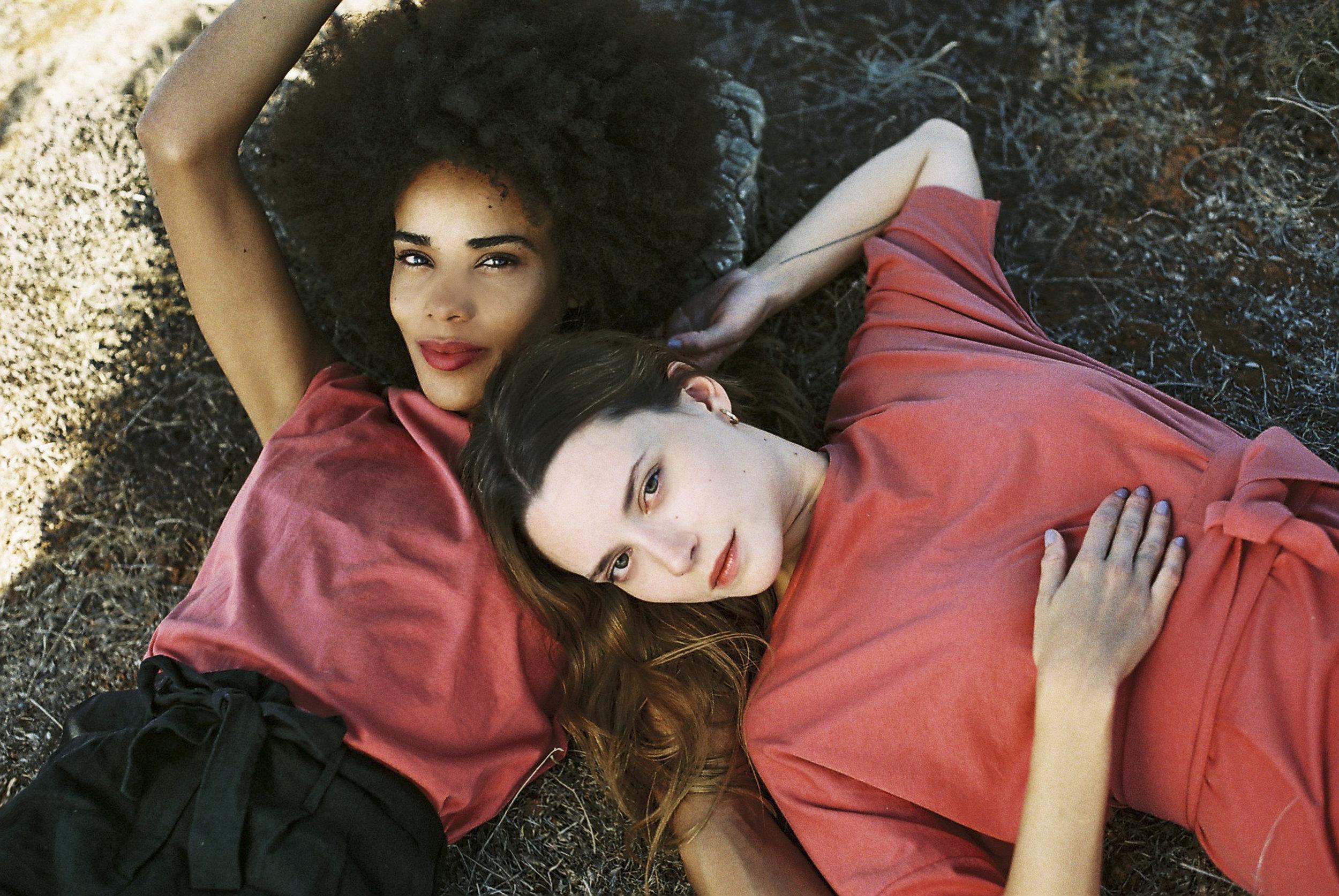 JF_SS18_Campaign_Olivia_Shirt_dusty-red_Mara_Shorts_black_Lili_Dress_dusty-red_1.jpg