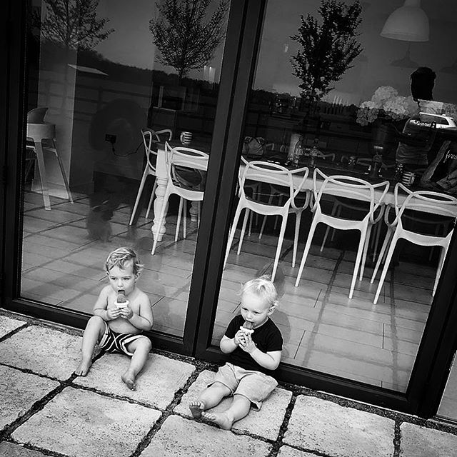 The power of #icecream 🙌🍦#timeout #twolittleoldmen #hypnotised #sittingquietly #foraminute #lovingit #socute #boys #sweethearts #playdate #cooperandbodie