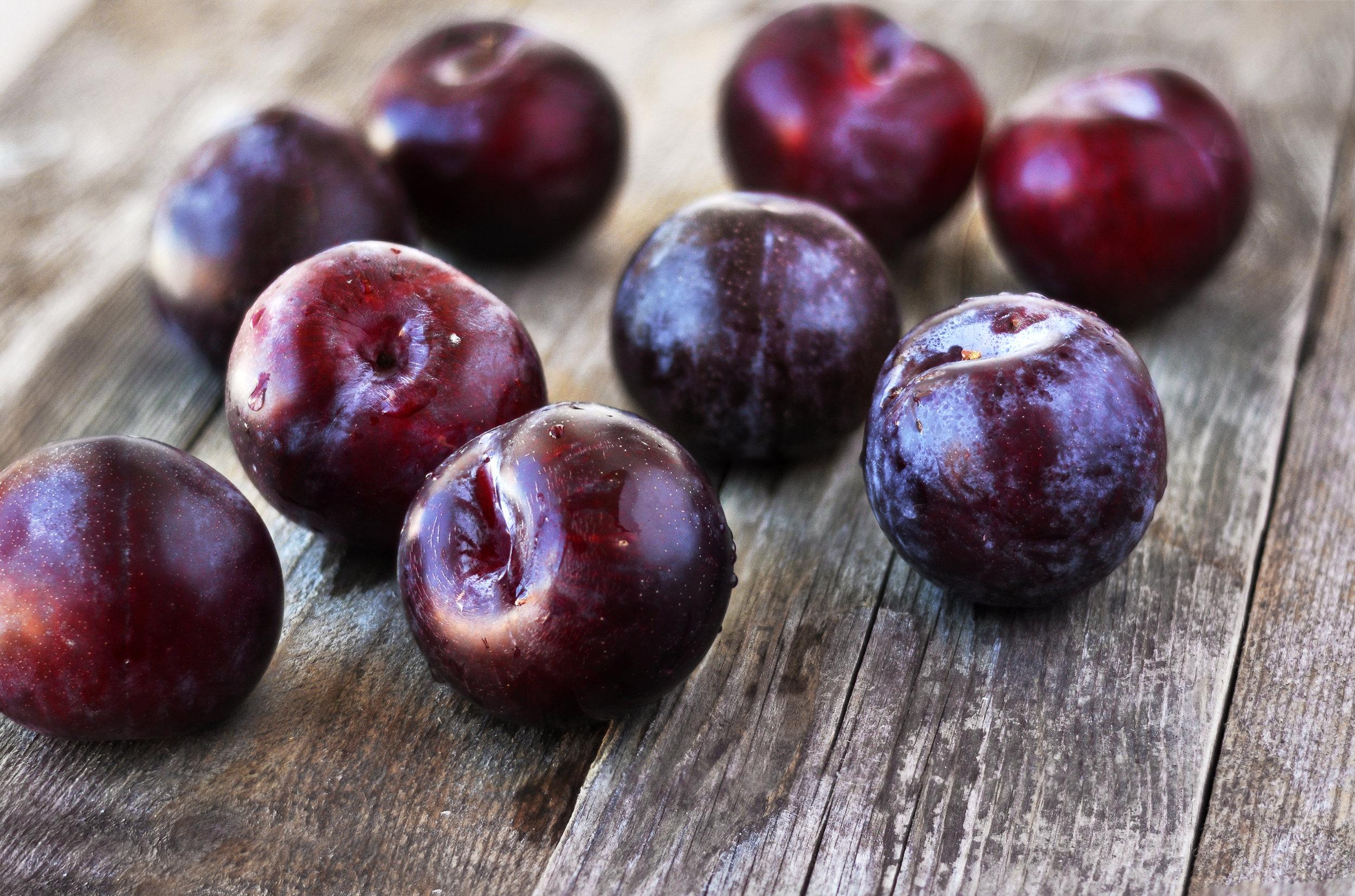 Prunus-domestica.-Ripe-Plums-on-the-wood-backgraund.-527900334_2871x1900.jpeg