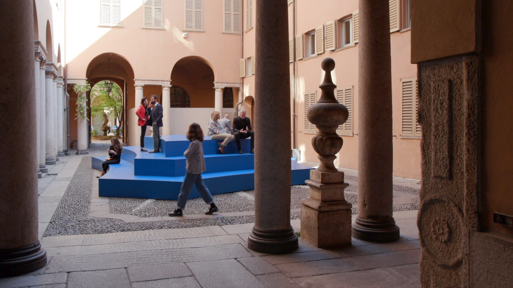 Installed in the courtyard is an amphitheatre which members of the public can access from Via Alessandro Manzoni