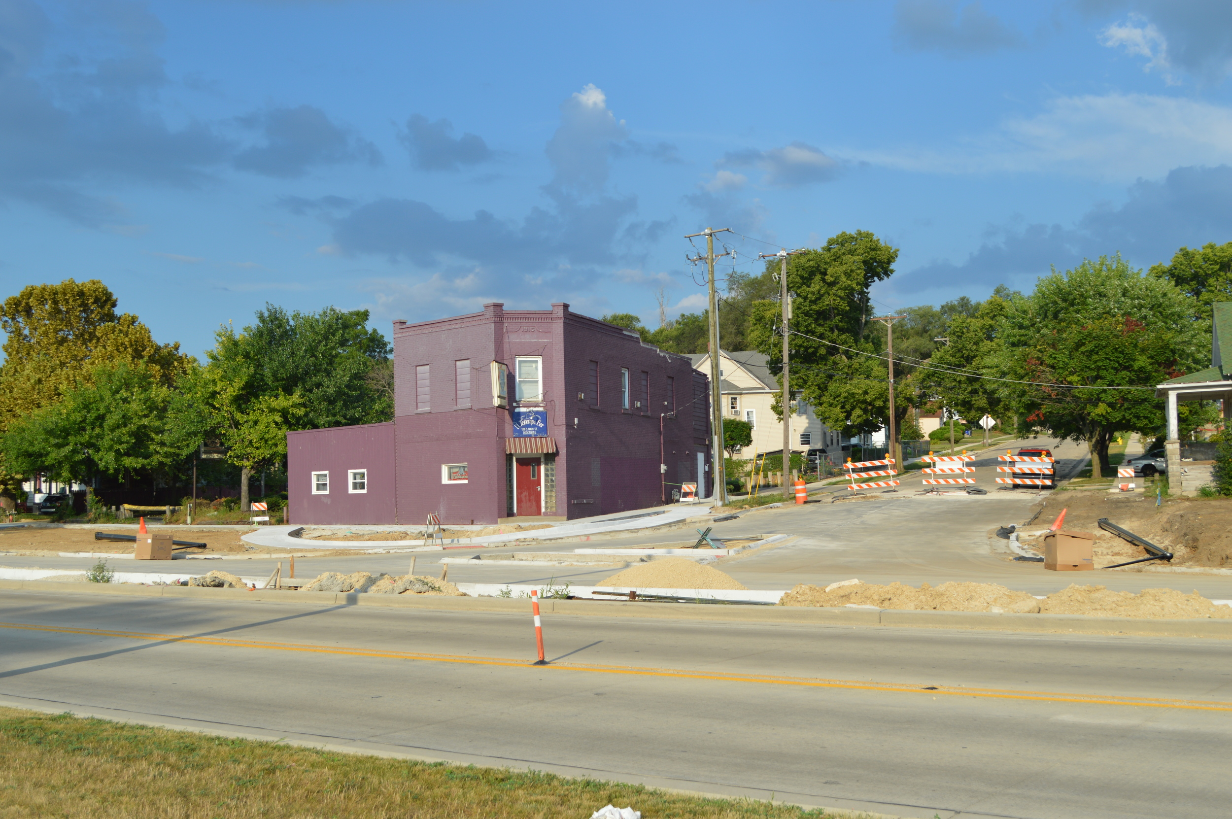 South Main and Island, looking west. El Tanampa bar housed in purple building, a long-standing business in southwest Rockford, now accessed only by right-in, right-out traffic.