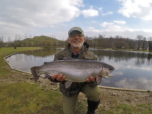 Tom Hendy with a simply stunning 8lb 6oz Rainbow Trout from Anchor Lake