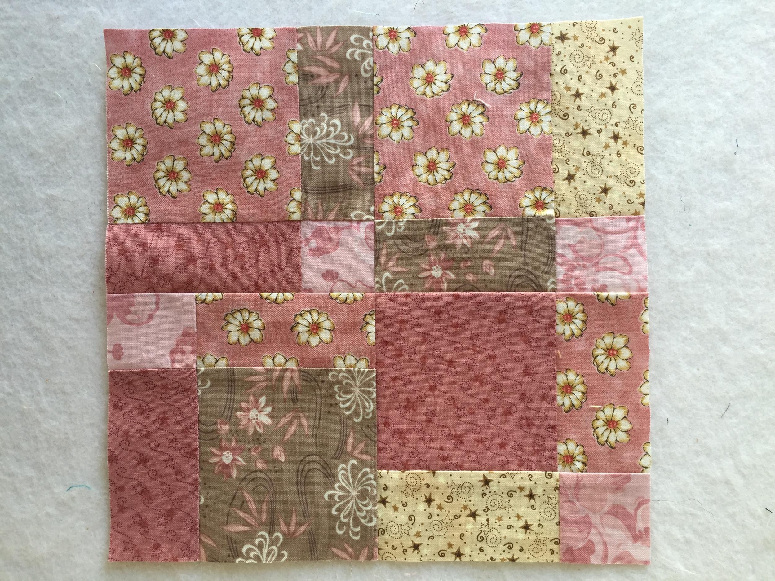 Al girar los cuatro cuadros obtenemos un nuevo diseño en donde ya no quedan rastros del Nine Patch original y los distintos tamaños de las piezas le dan un aspecto más elaborado y por lo mismo muy vistoso a la quilt.