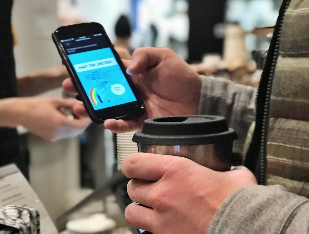 Customers check out the cup by scanning a QR code on the cup with their phone's camera. When they are done, they can return the cup to any participating business within 5 days.